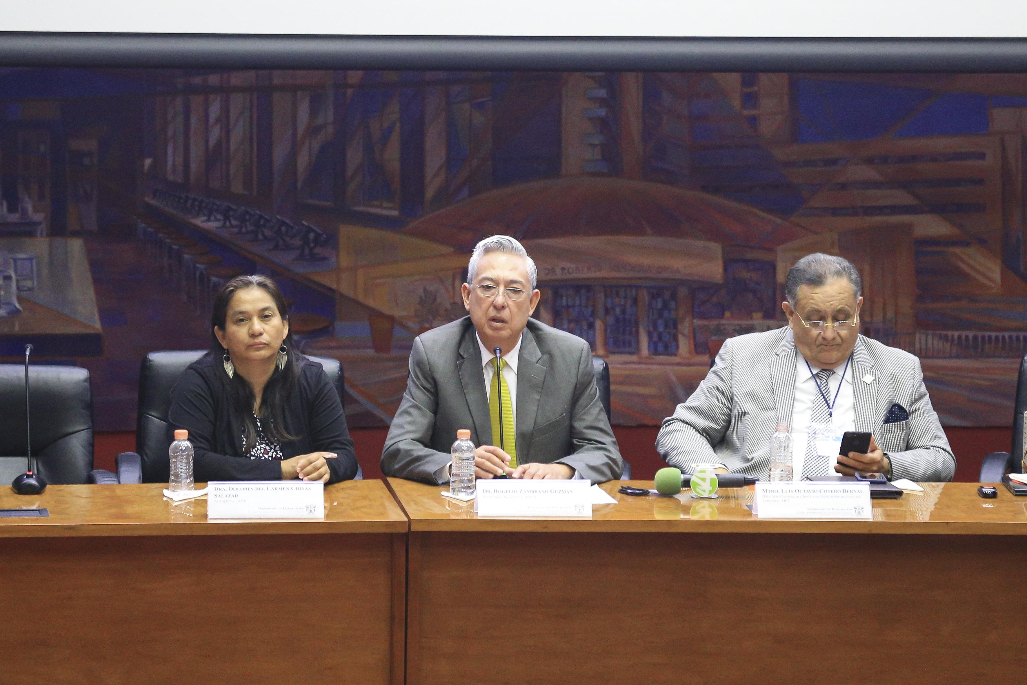 Dr. Rogelio Zambrano haciendo uso del micrófono en la mesa del presídium