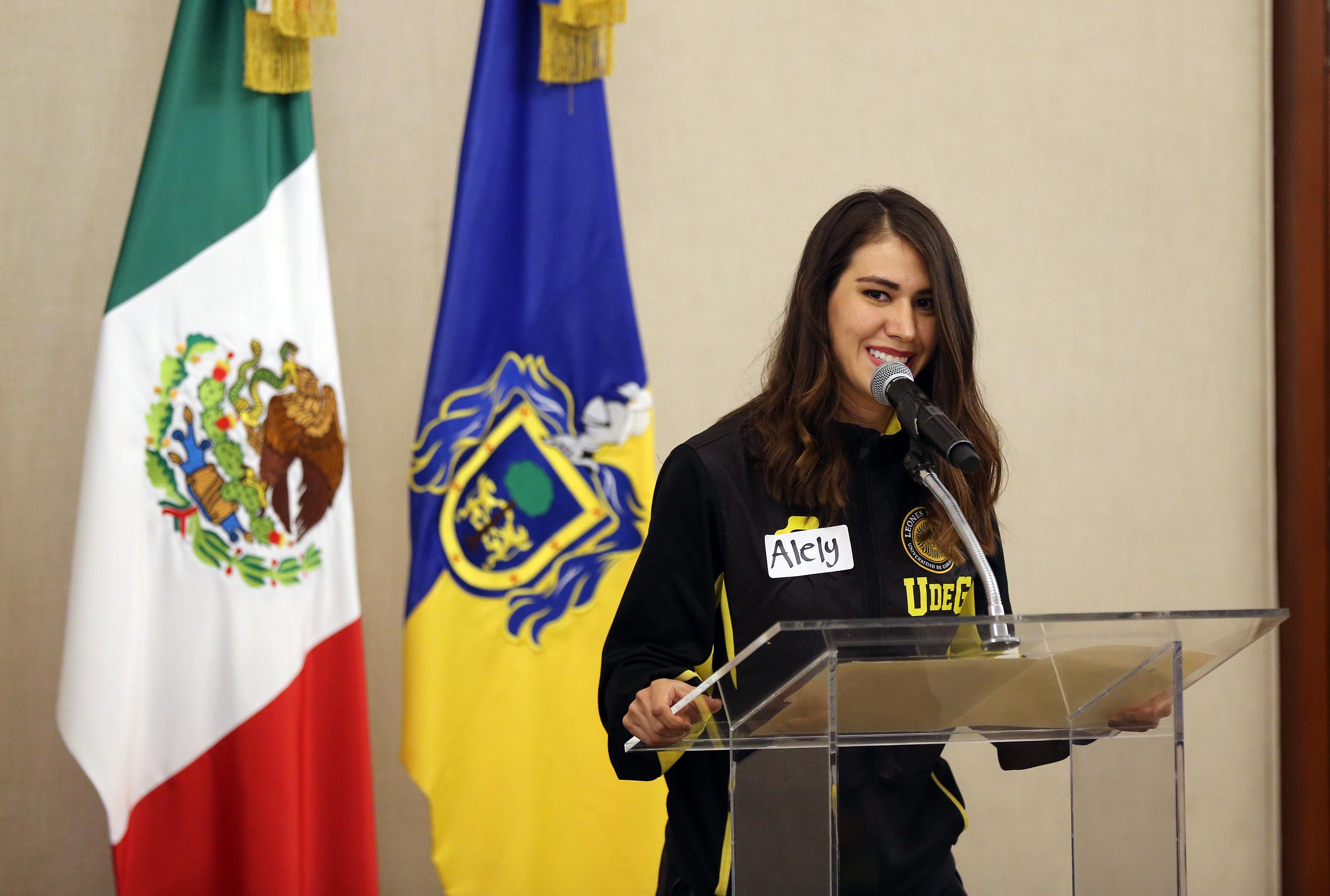 Alumna CUCEA hablando a nombre de los medallistas