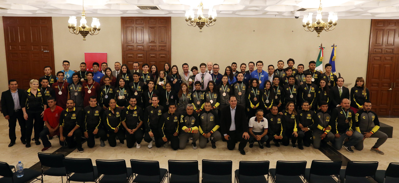 Foto grupal medallistas y autoridades