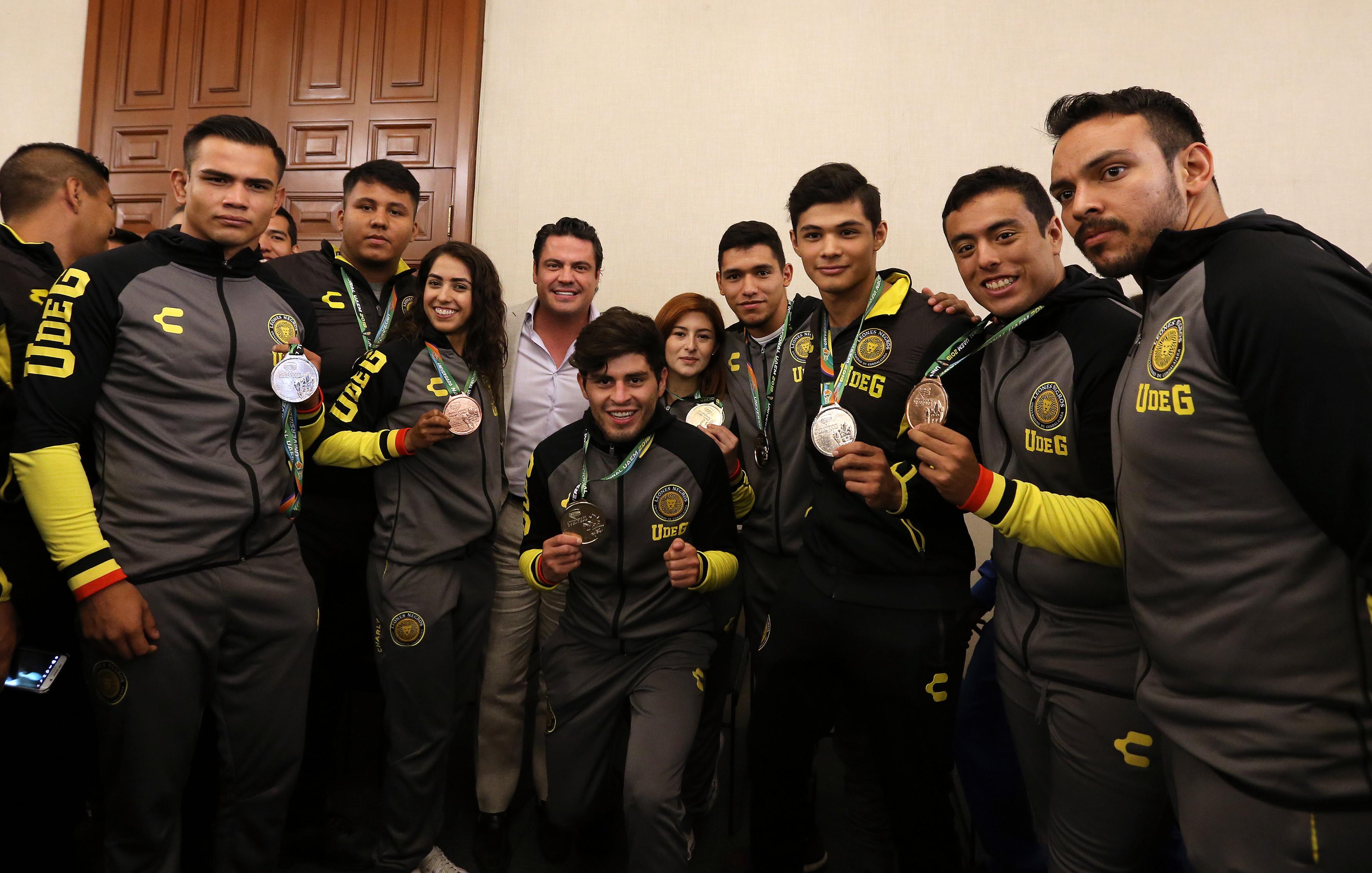 Foto informal algunos medallistas con el gobernador