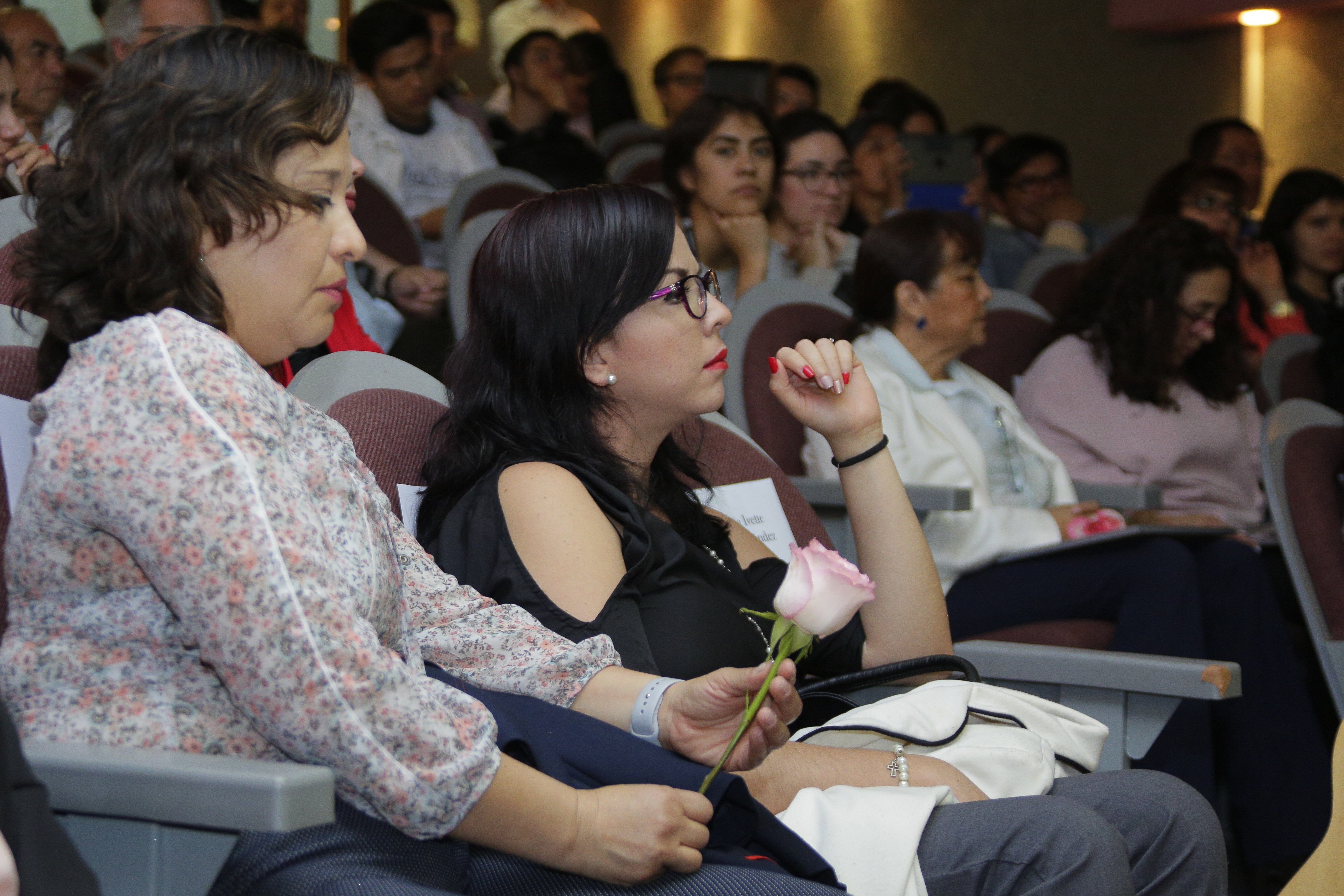 Asistentes al evento de entrega de reconocimientos, atentas a los discursos