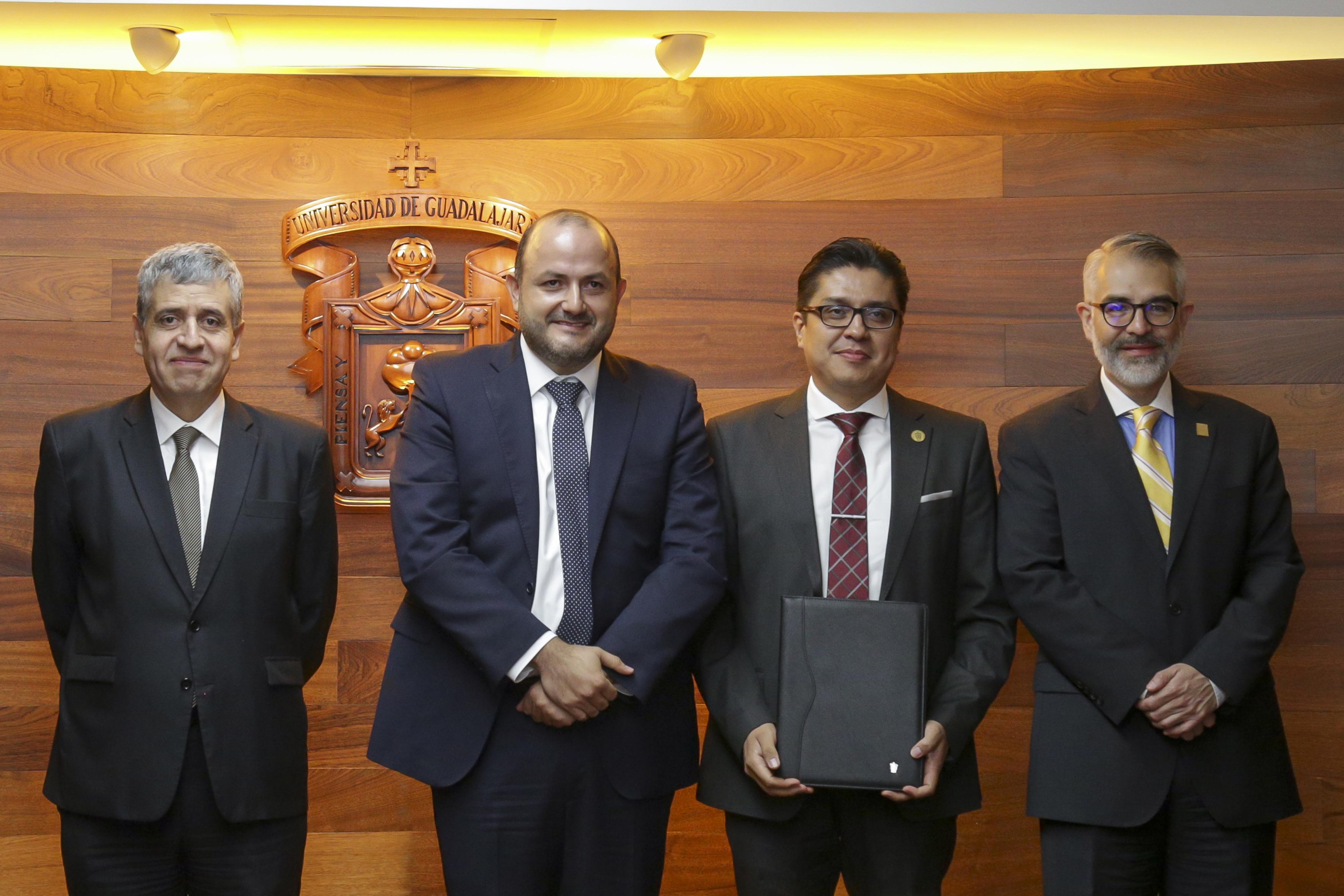 Rector CUCS con nombramiento en mano en compañía del Rector General, Vicerrector y Secretario de la UdeG