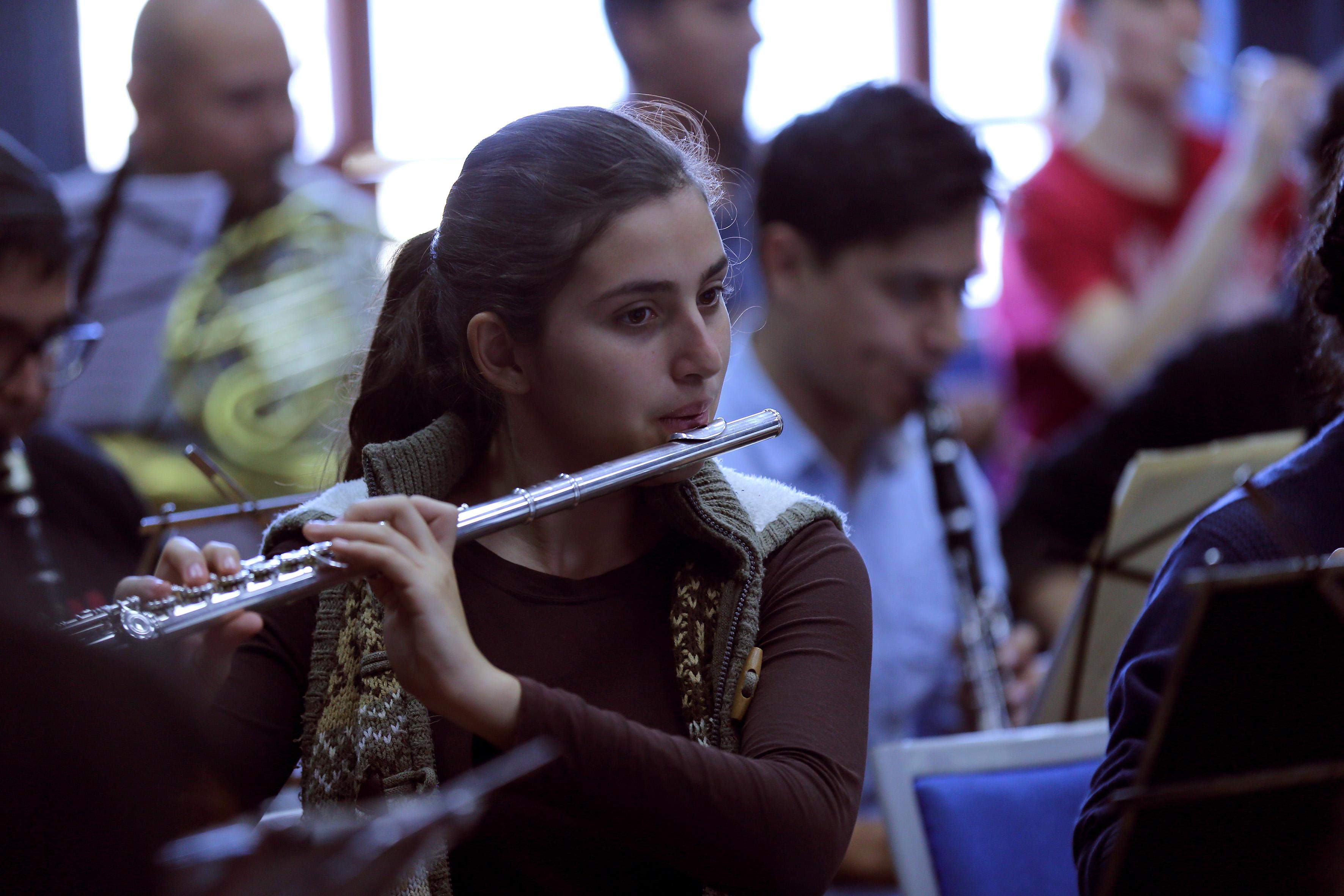 Estudiante de Música tocando flauta transversal