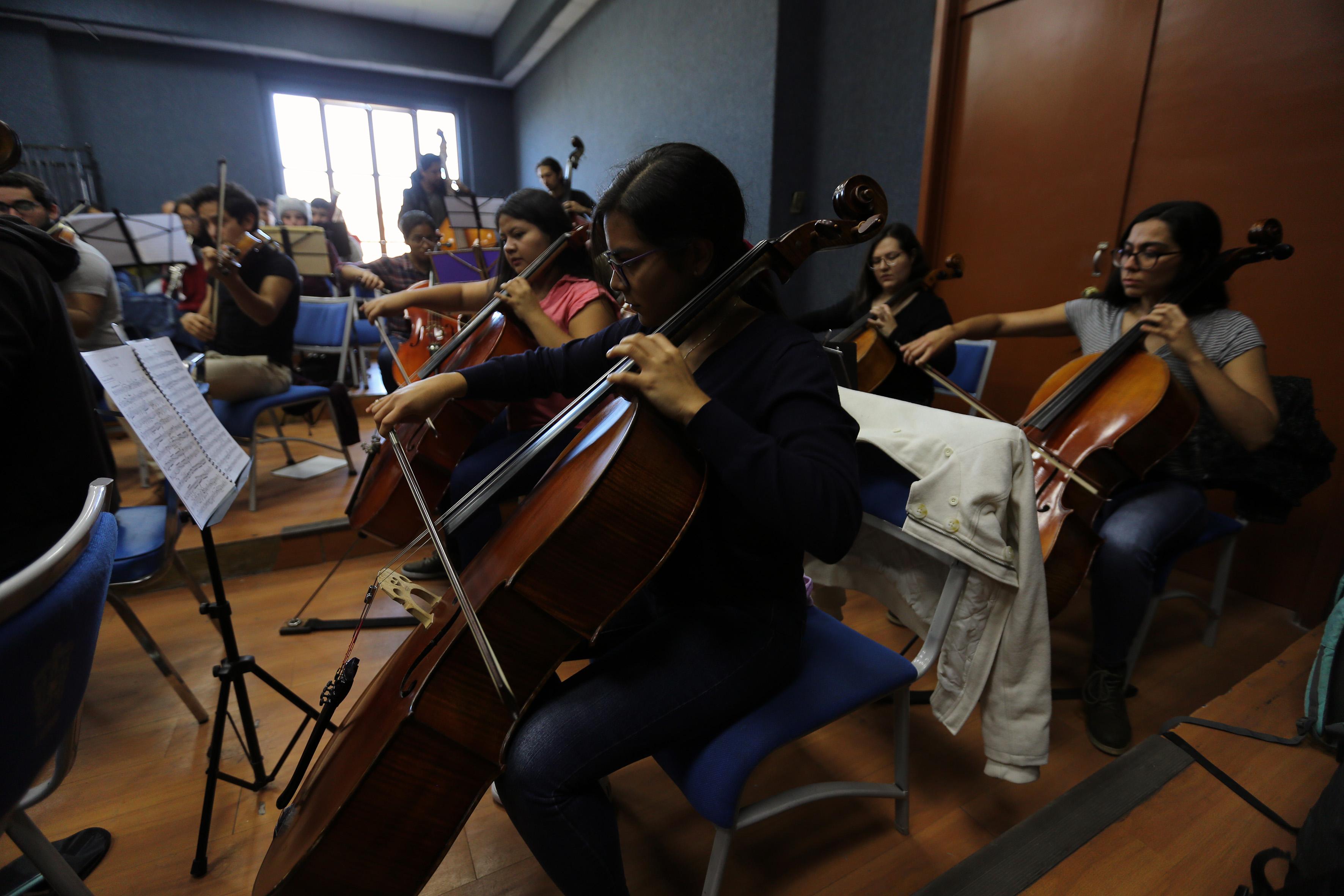 Estudiantes de Música tocando violonchelo