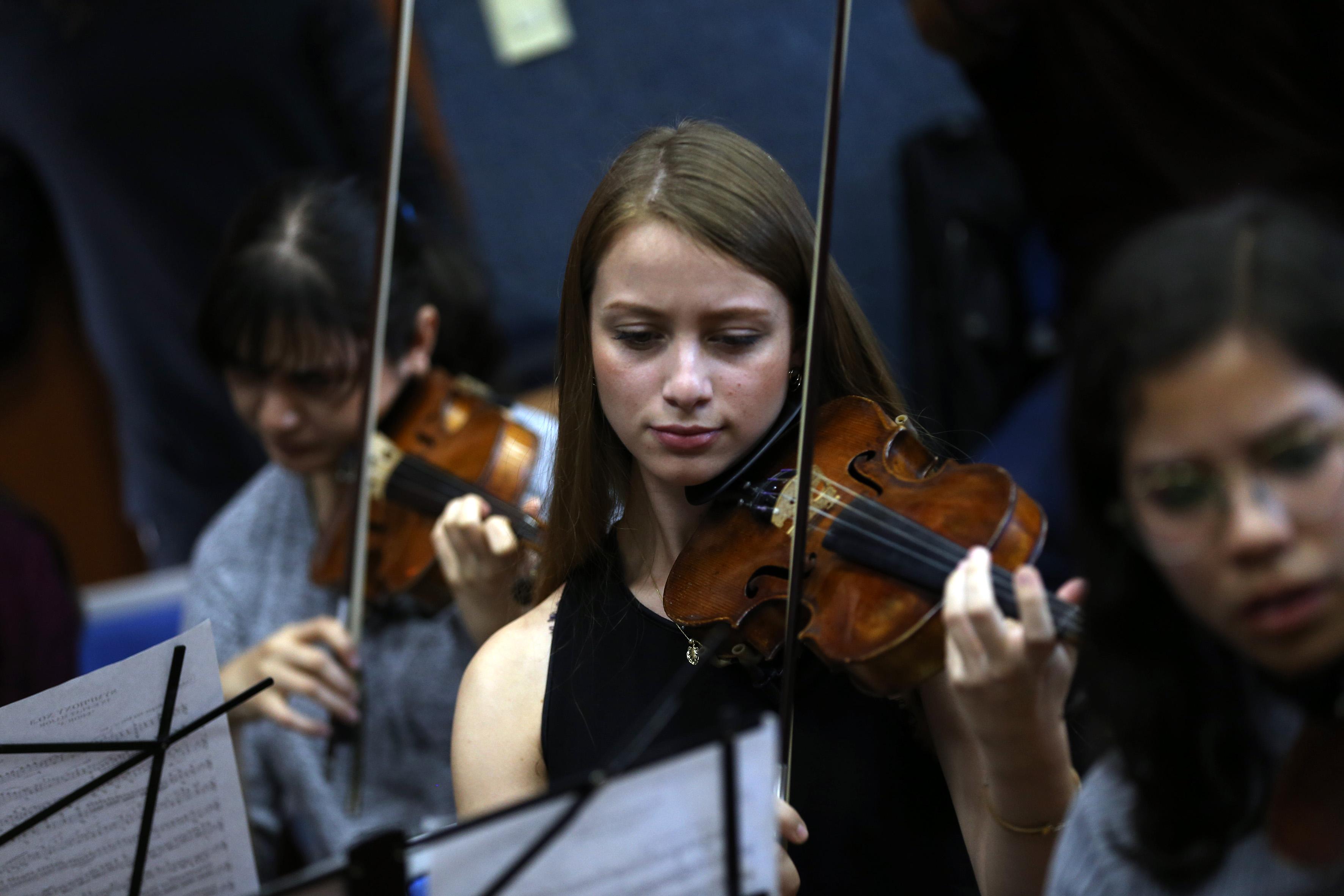 Estudiante de Música tocando violín