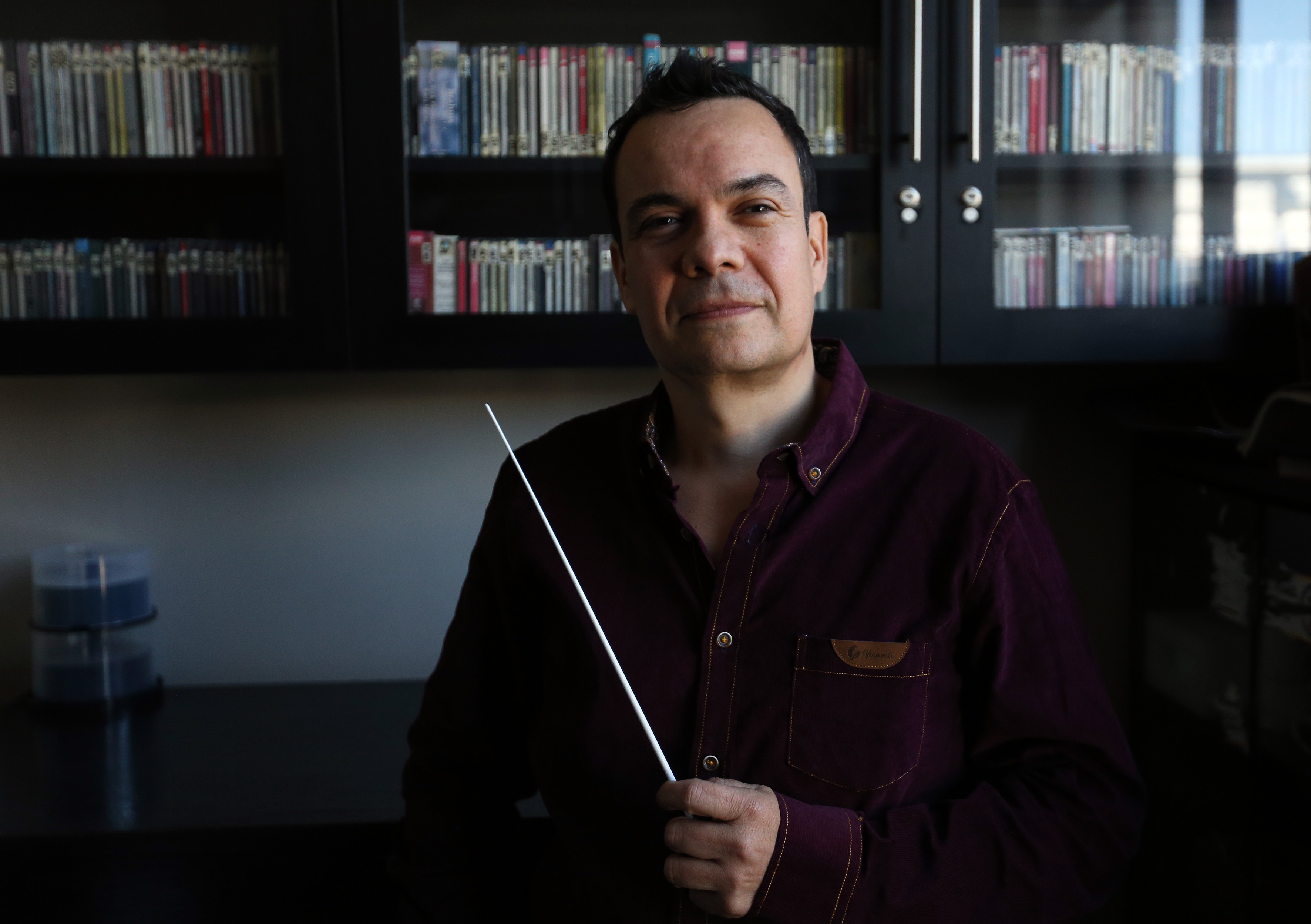 Director de Orquesta posando para la foto