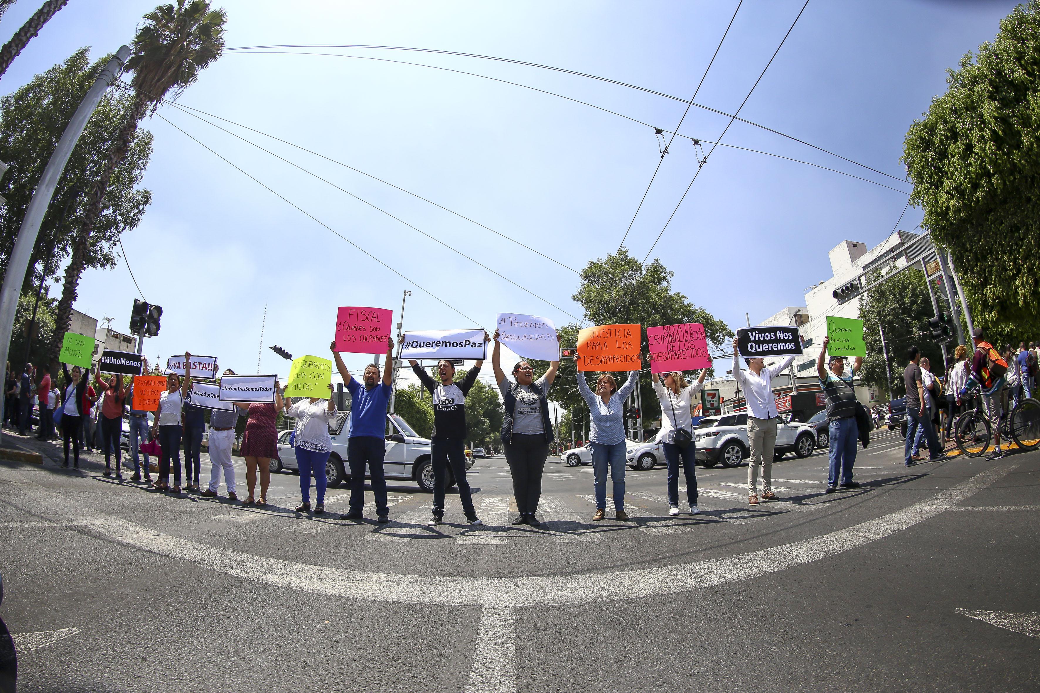 """Foto con """"ojo de pescado"""" de alumnos a media calle con pancartas"""