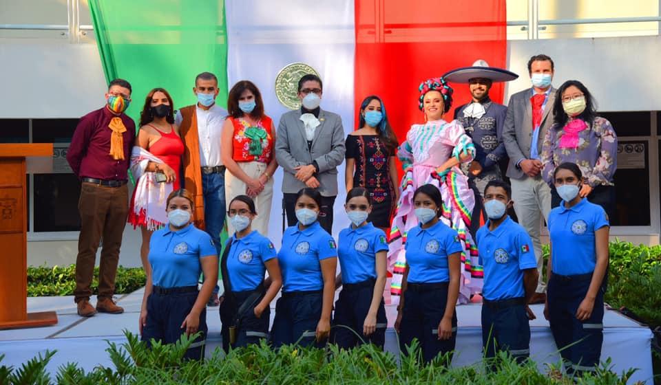 Foto grupal de todos los participantes en el ácto cívico-cutural
