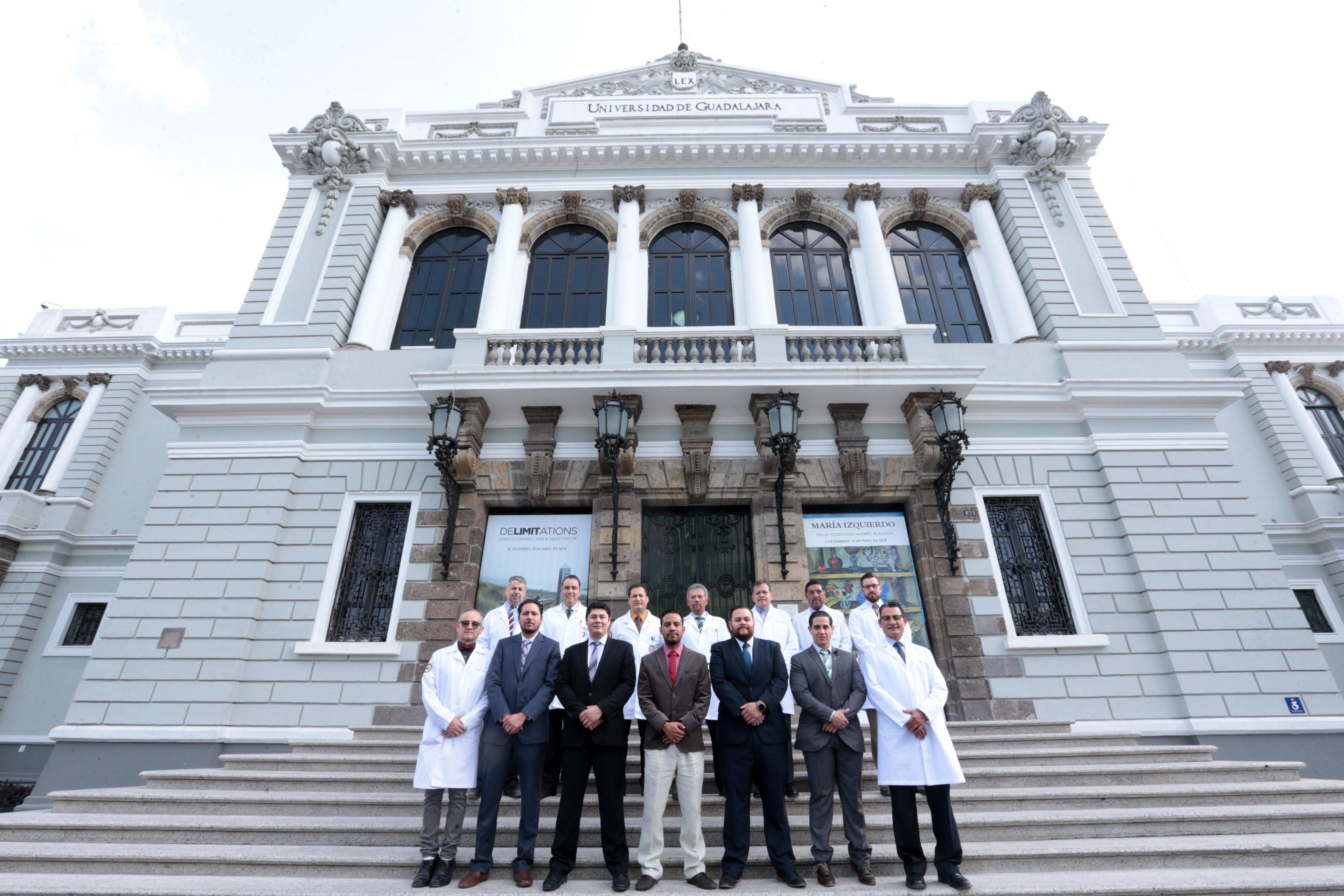 Residentes y titulares de la especialidad en Cirugía Pediátrica en las escalinatas del Paraninfo de la UdeG