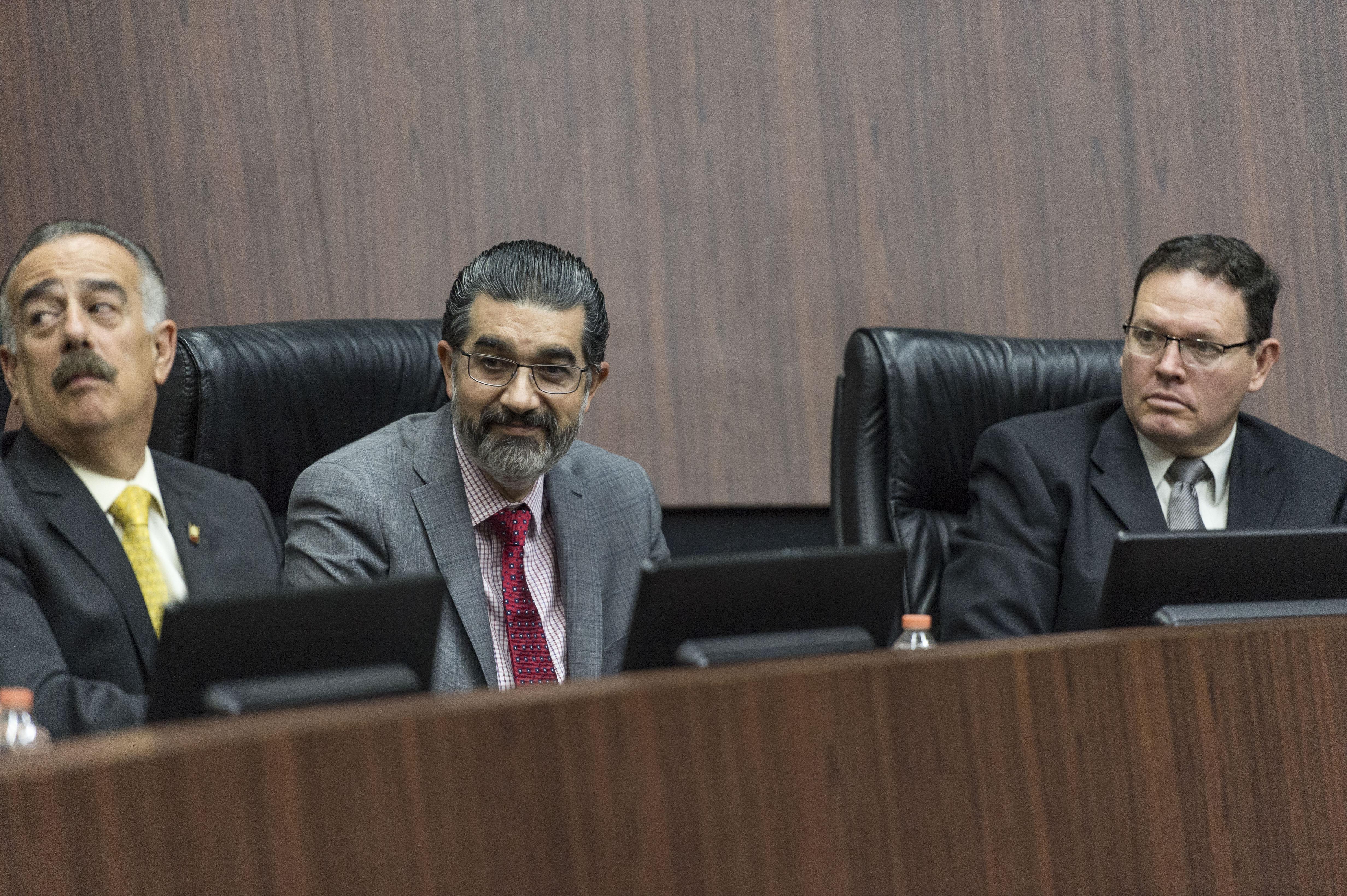 Dr. Daniel Pérez Rulfo entre los miembros del presídium