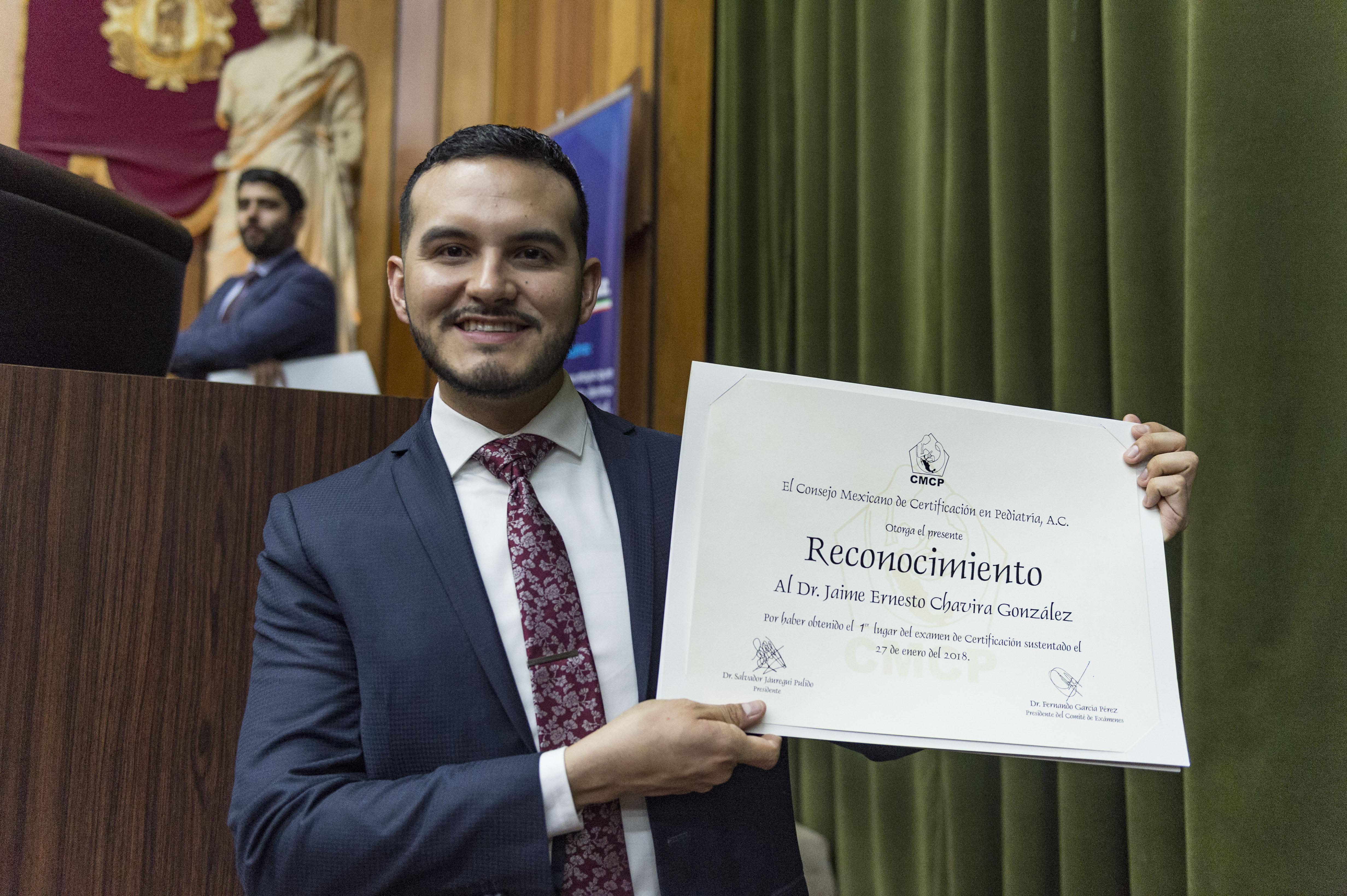 Dr. Jaime Ernesto Chavira, exhibiendo su reconocimiento de primer lugar