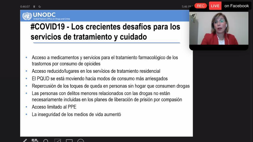 Captura de pantalla de la conferencista, al fondo diapositiva #COVID-19 Desafíos