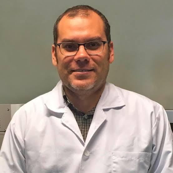 Foto del investigador del CUCS premiado en categoría de Ciencia