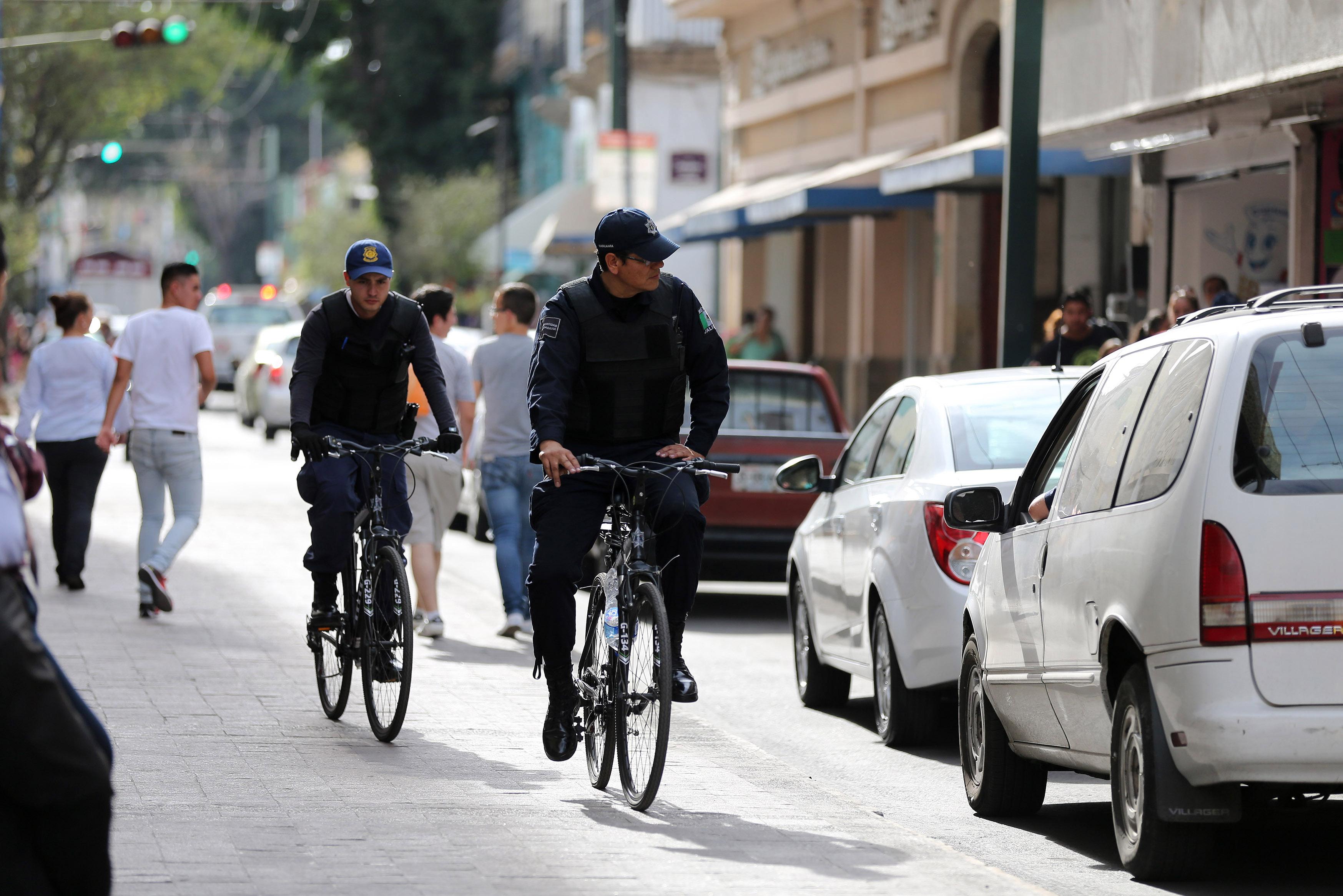 Ciclo policías haciendo rondín