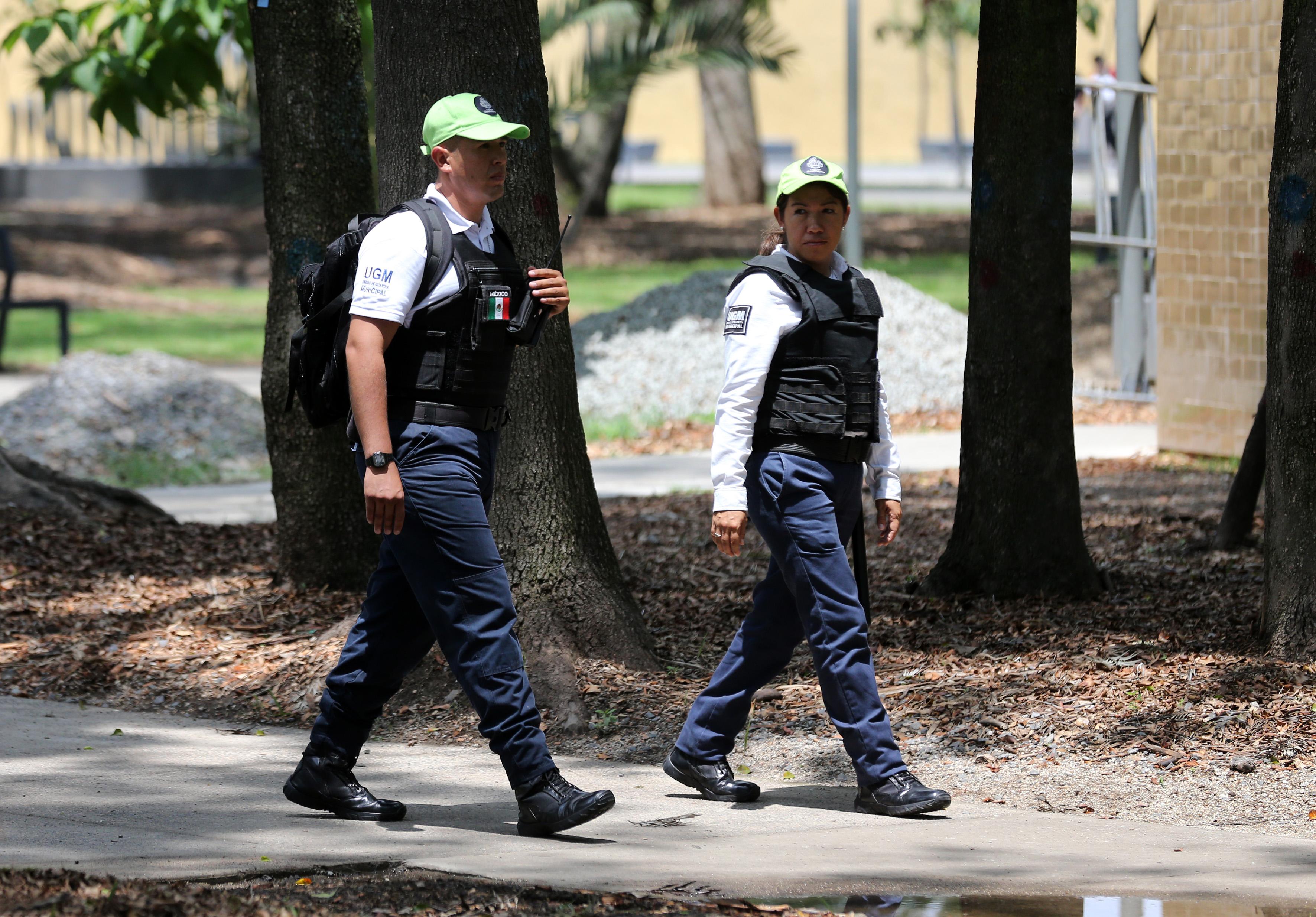 Policías pie a tierra haciendo rondín