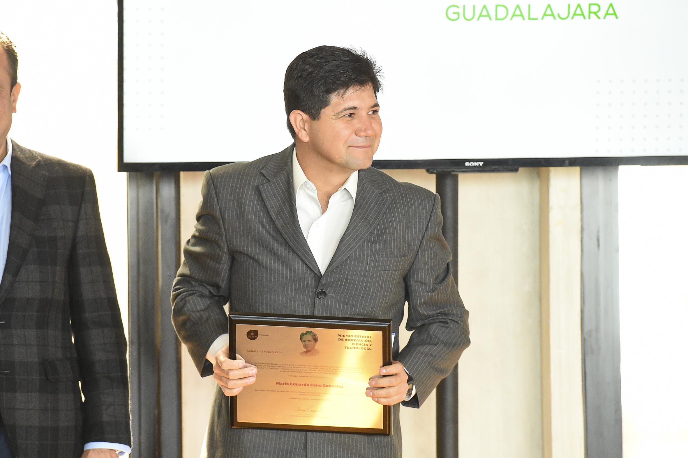 Dr. Mario Eduardo Cano González de CUValles posando para la foto