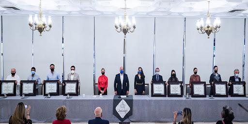 Foto grupal de los galardonados con el Premio Jalisco. Al centro el gobernador del Estado
