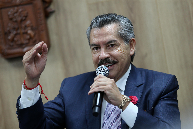 Dr. Juan Armendáriz al micrófono