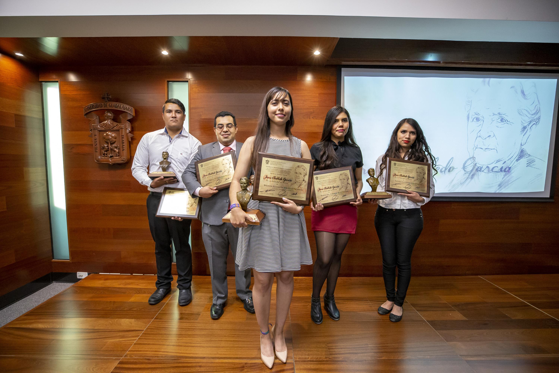 Foro grupal de los galardonados posando con sus reconocimientos y preseas