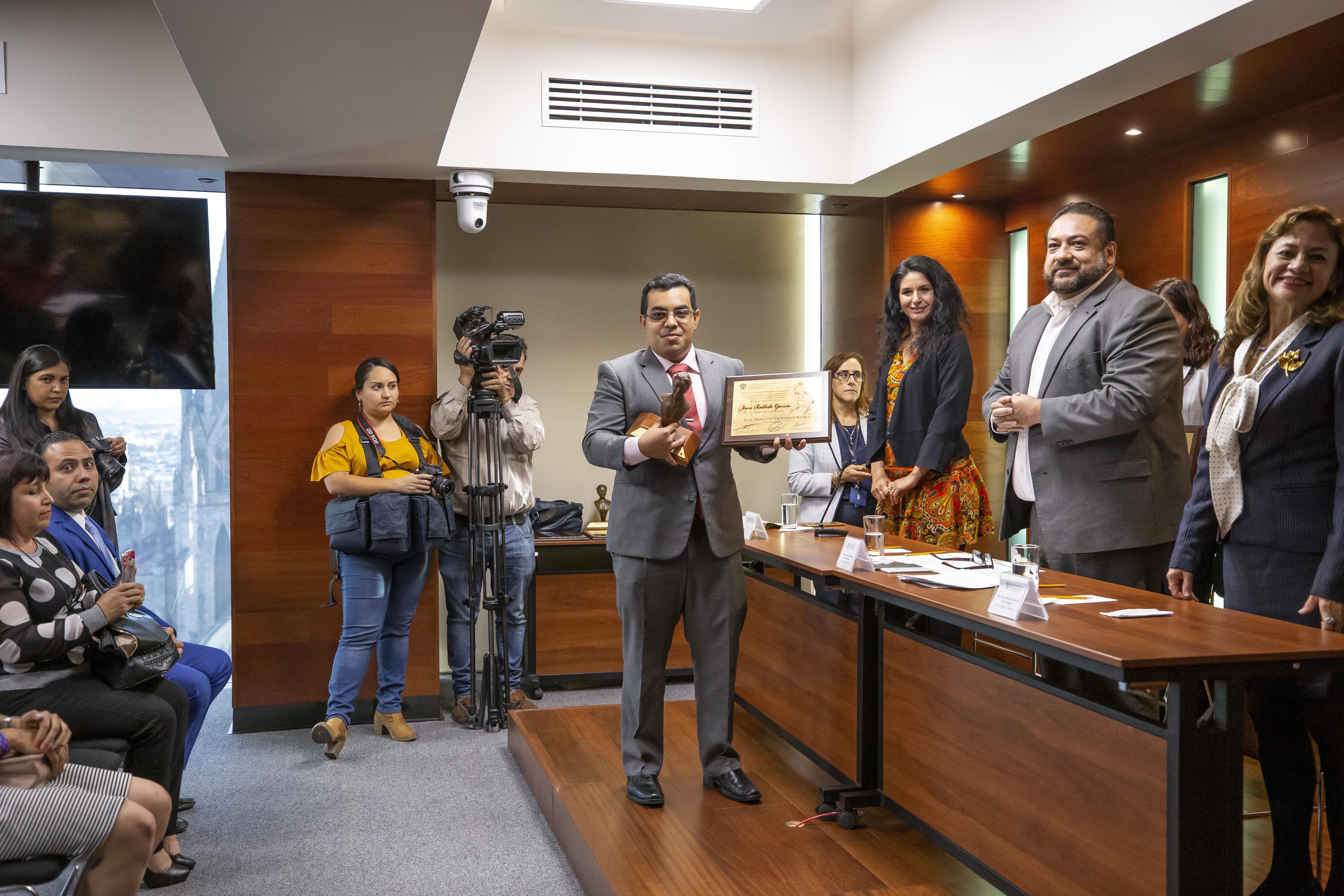 Alumno galardonado exhibiendo su recomendación