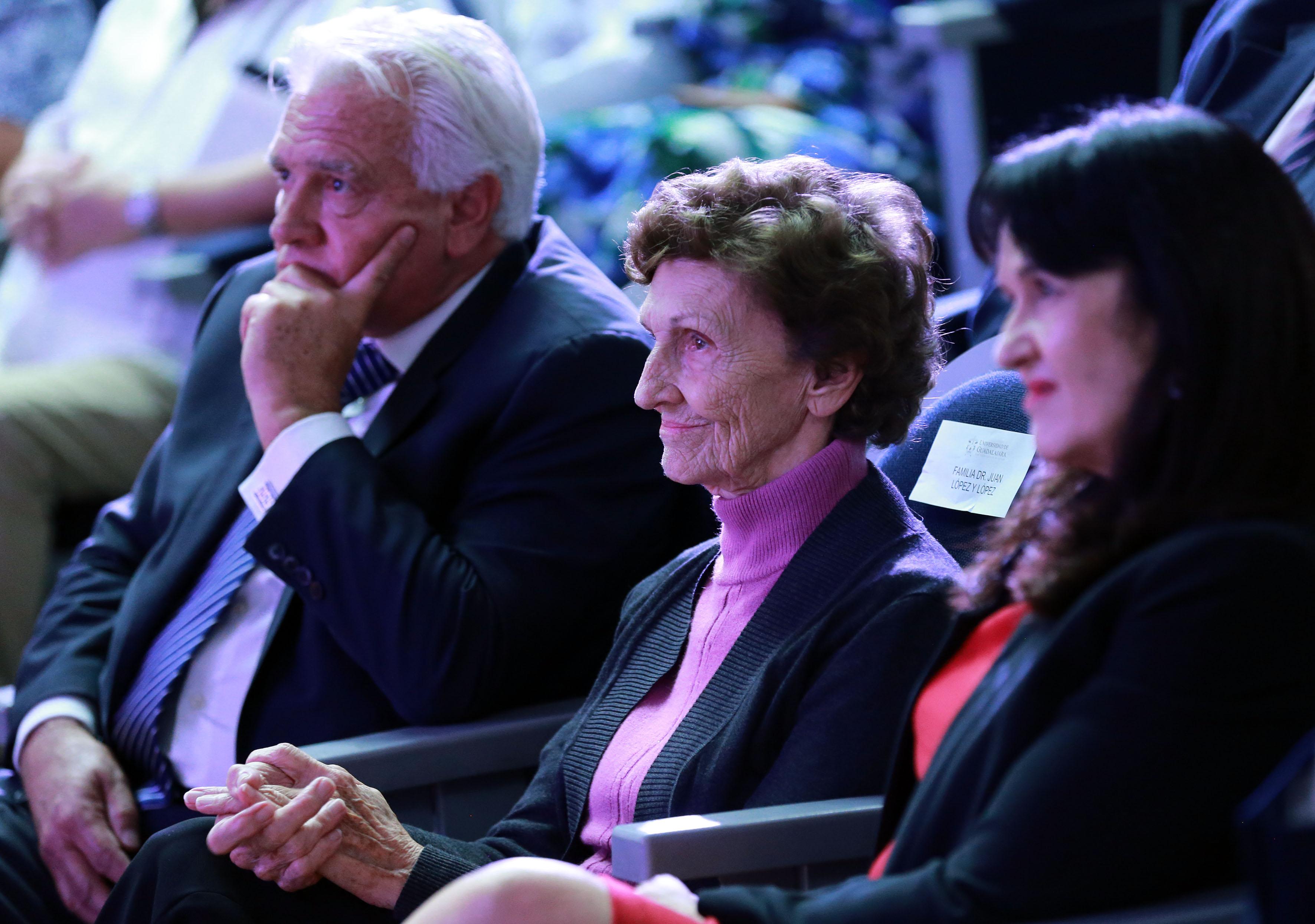 Fotografía de la esposa y dos hijos del homenajeados, en sus butacas en el Auditorio