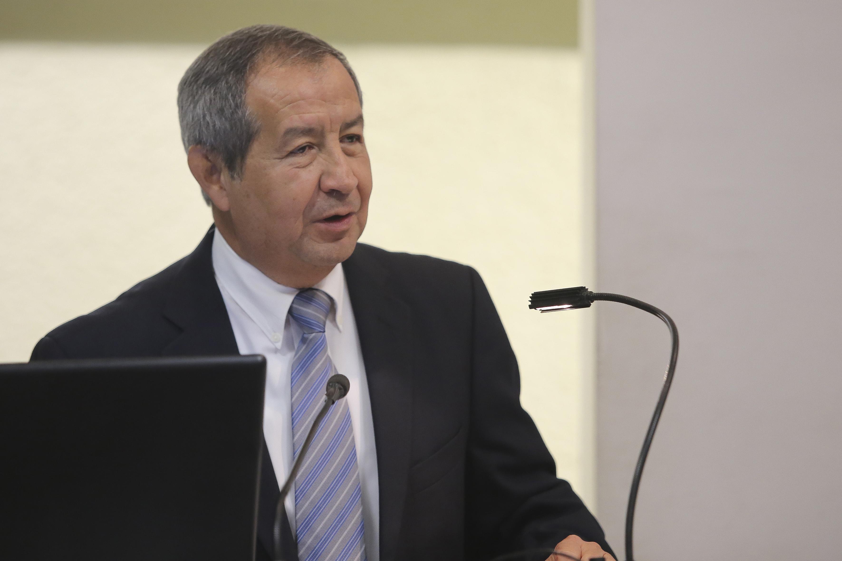 Dr. Lorenzo Hernández Quiroz ofreciendo discurso