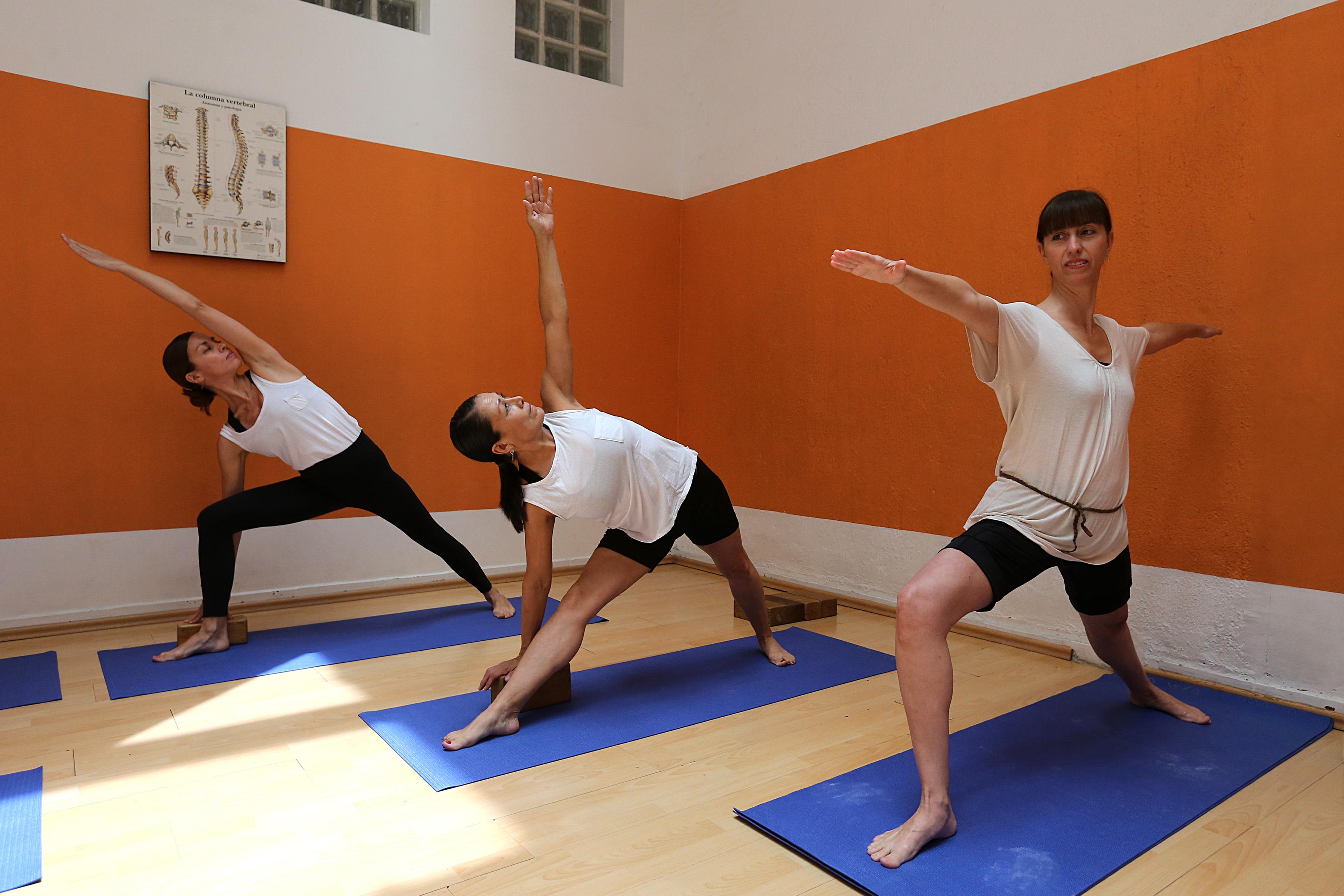 Maestras haciendo posición de yoga