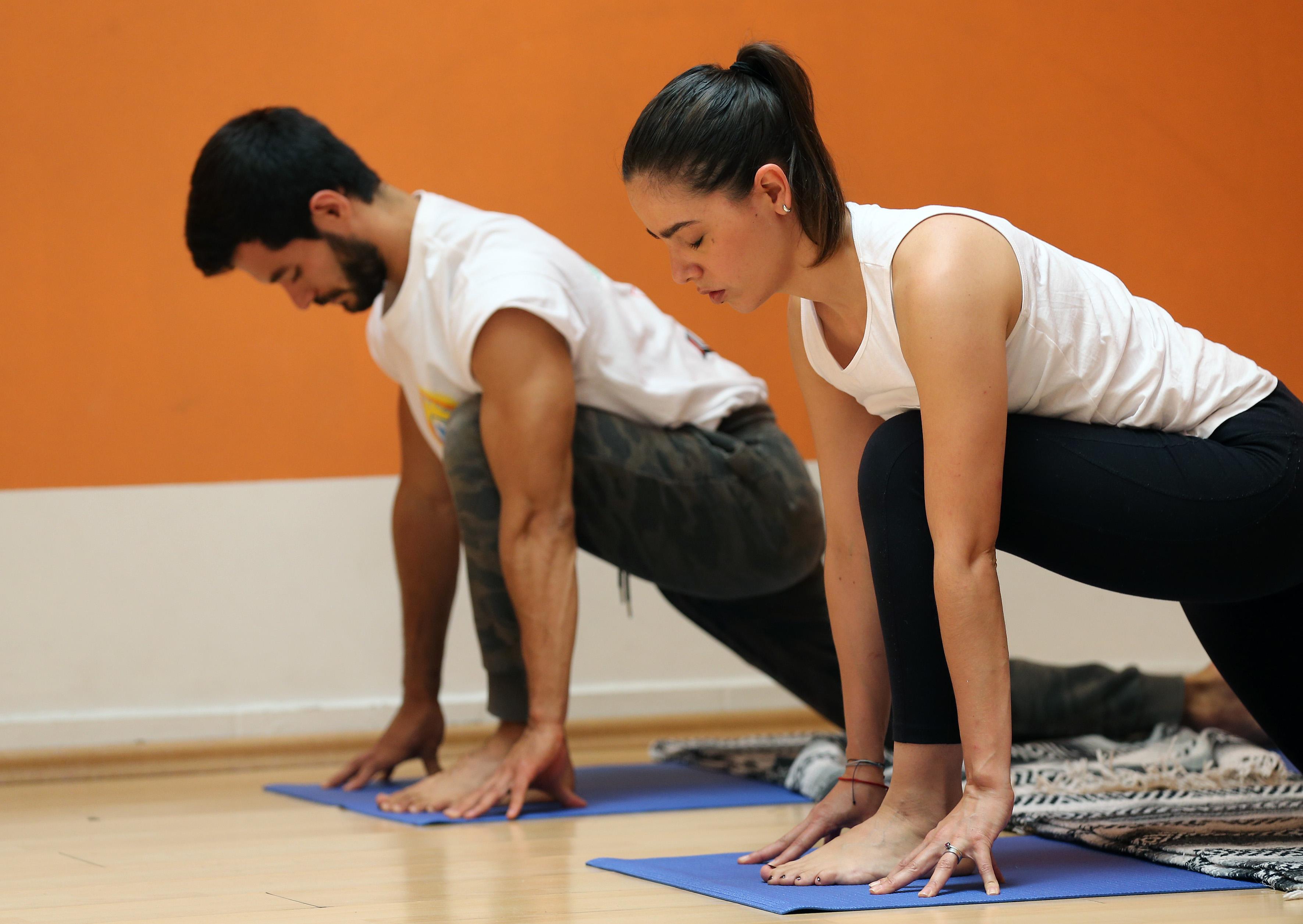 Alumnos haciendo yoga