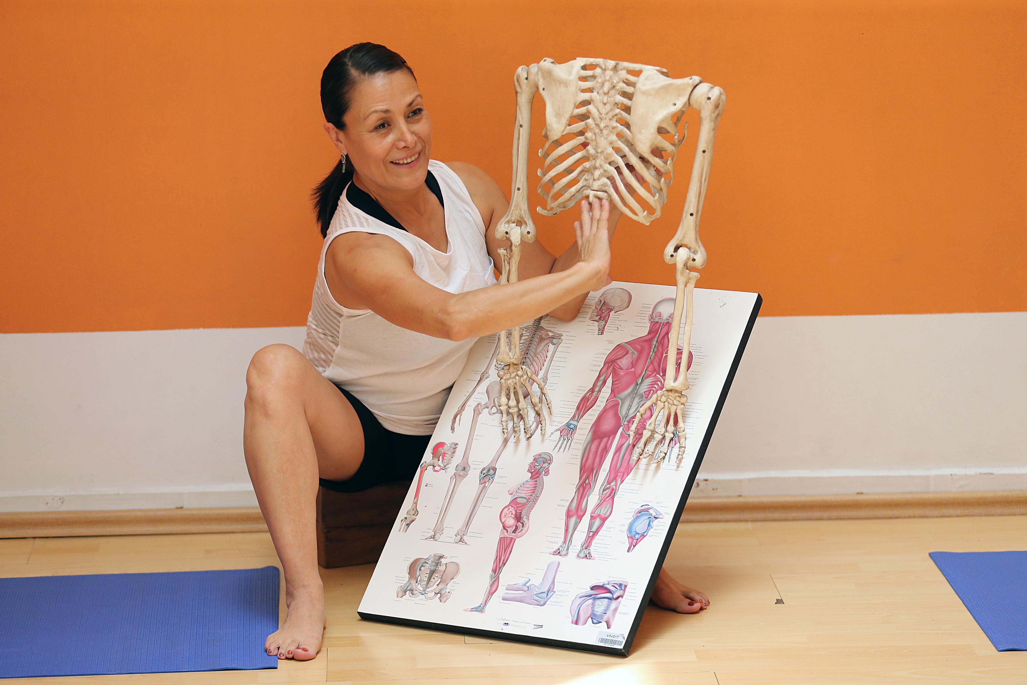 Maestra enseñando anatomía para yoga