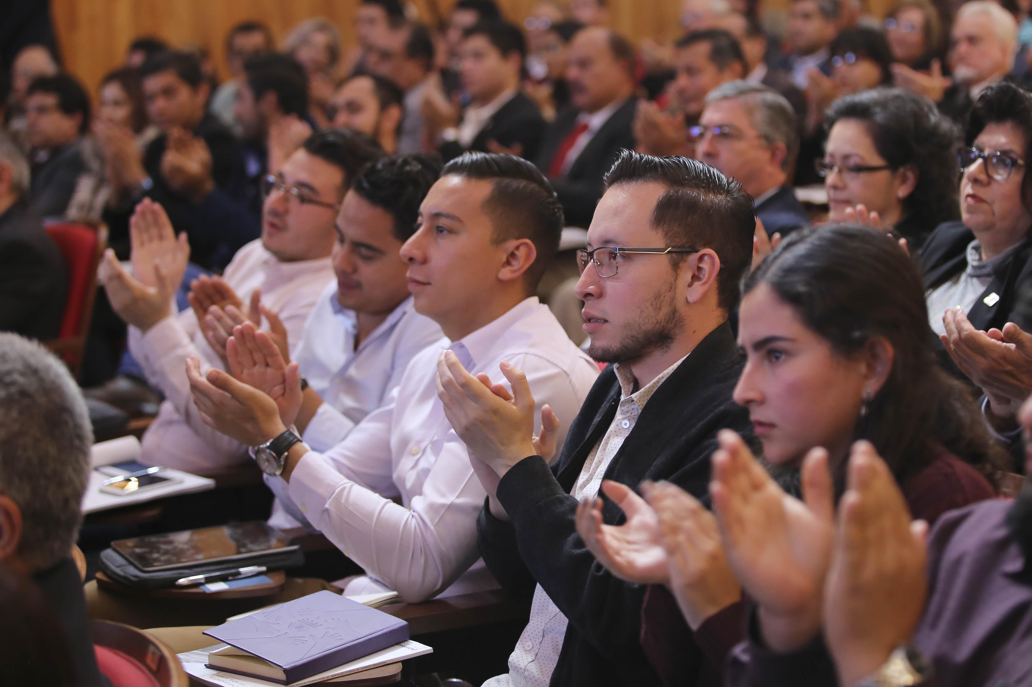 Consejeros aplaudiendo al término de la presentación del plan de trabajo del Dr. Jaime Andrade