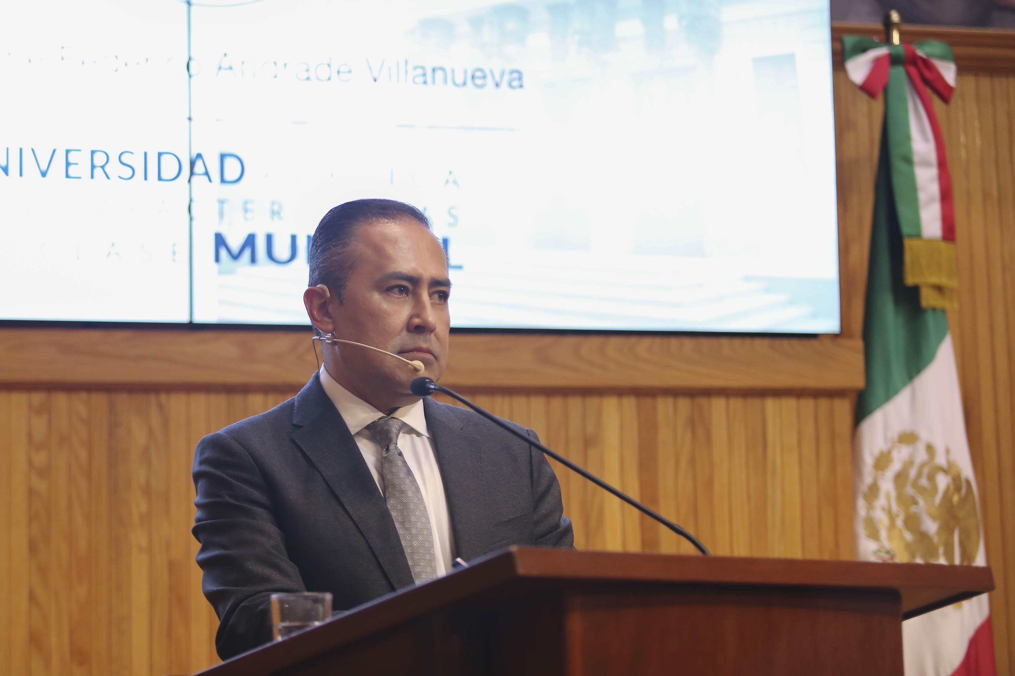 Dr. Jaime Andrade en el pódium escuchando una pregunta de los consejeros