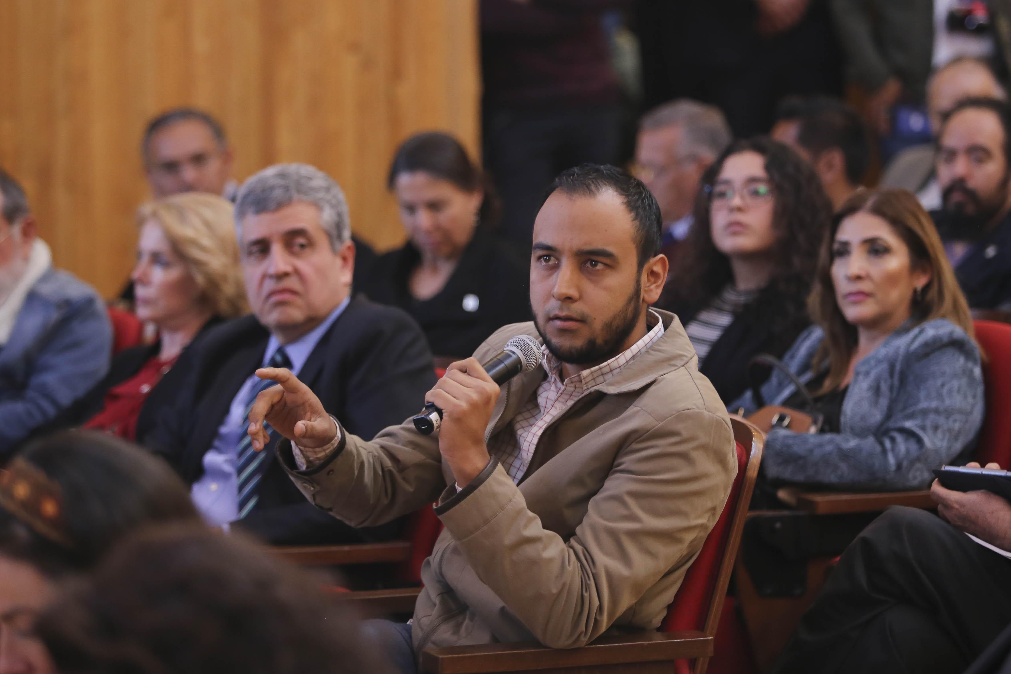 Consejero Jesús Medina haciendo una pregunta al Dr. Jaime Andrade