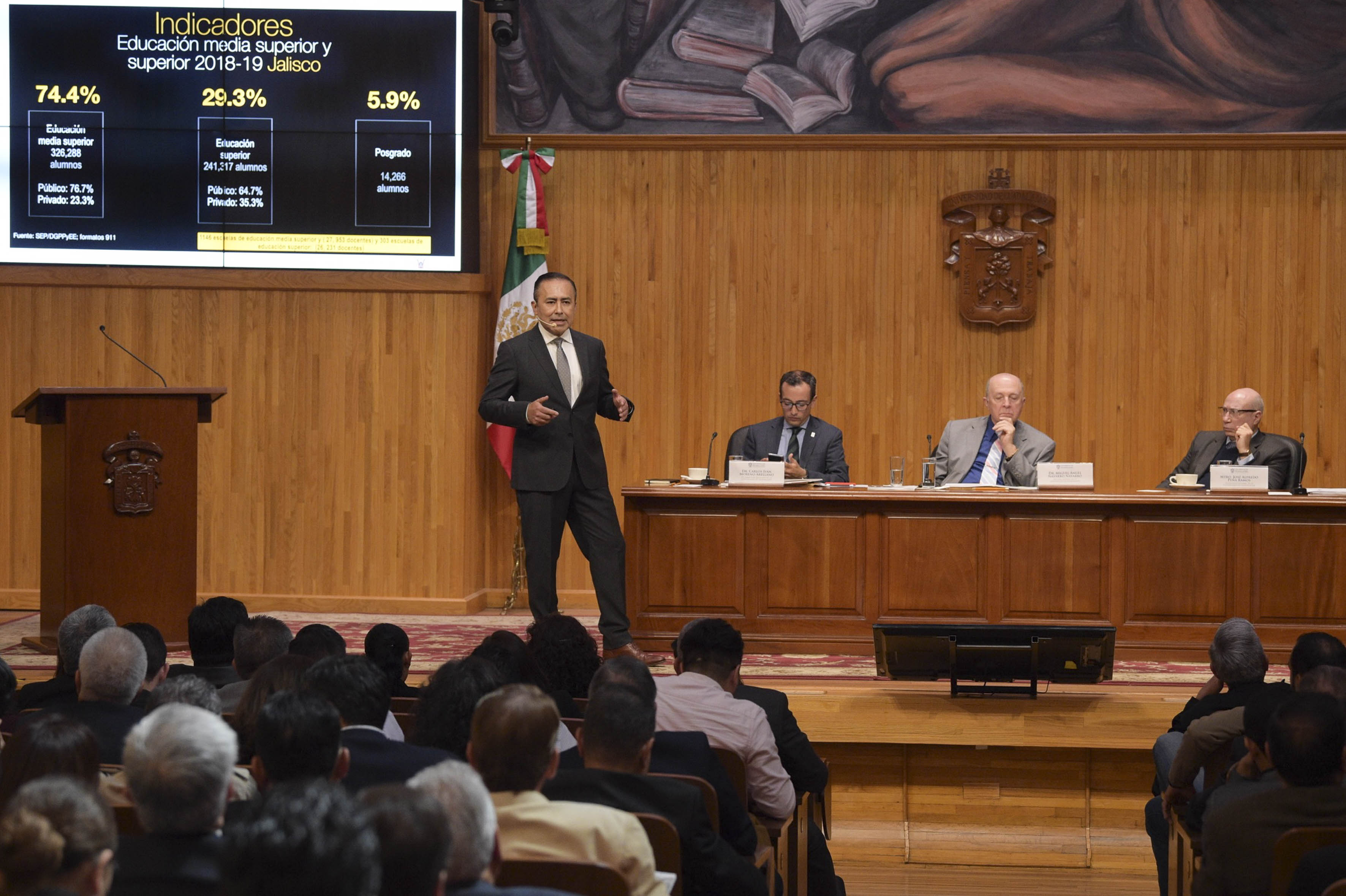 Dr. Jaime Andrade presentando su plan de trabajo, atrás los miembros del presídium