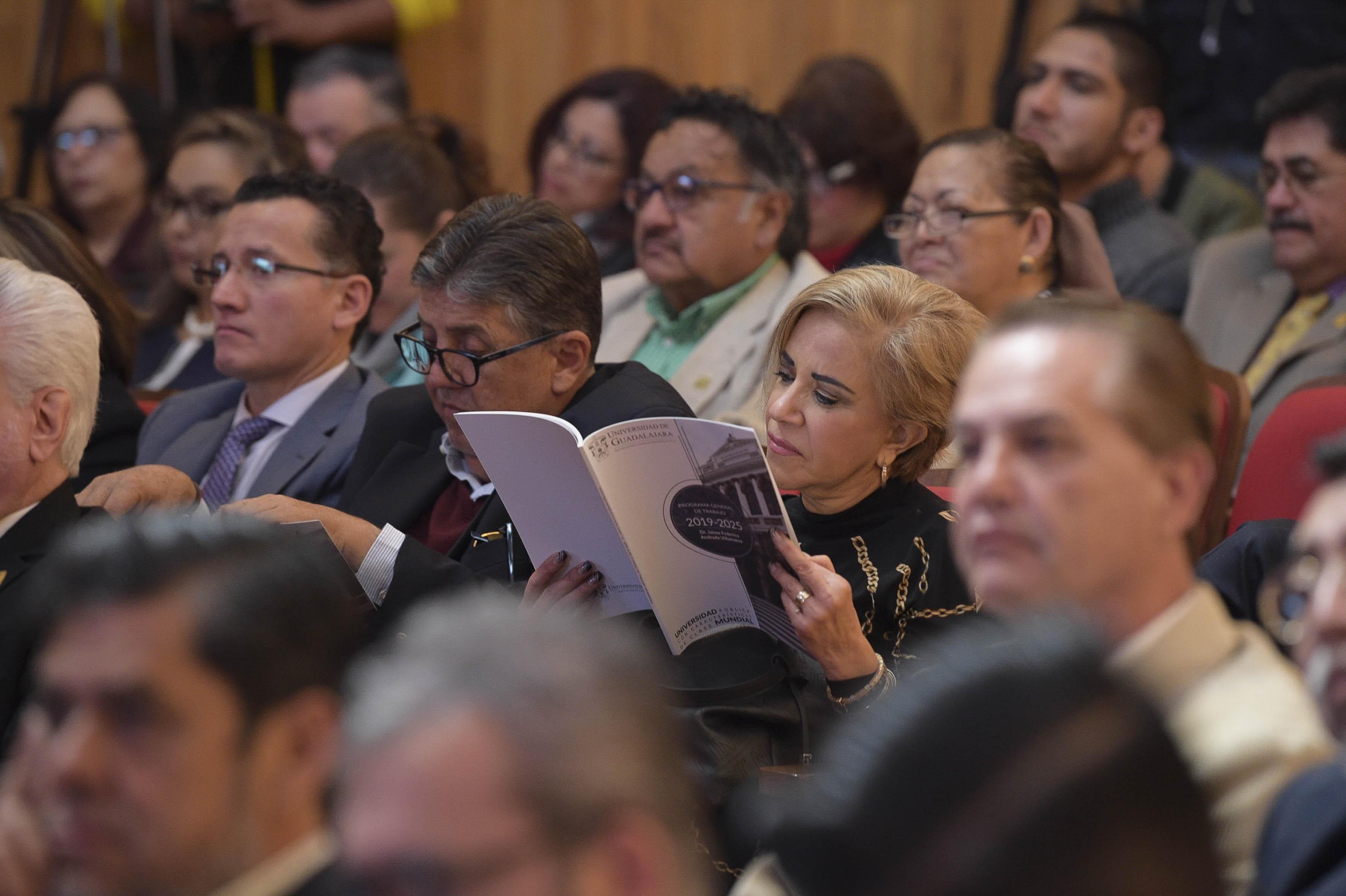 Consejera universitaria leyendo el documento del Plan de Trabajo 2019-2025 del Dr. Jaime Andrade