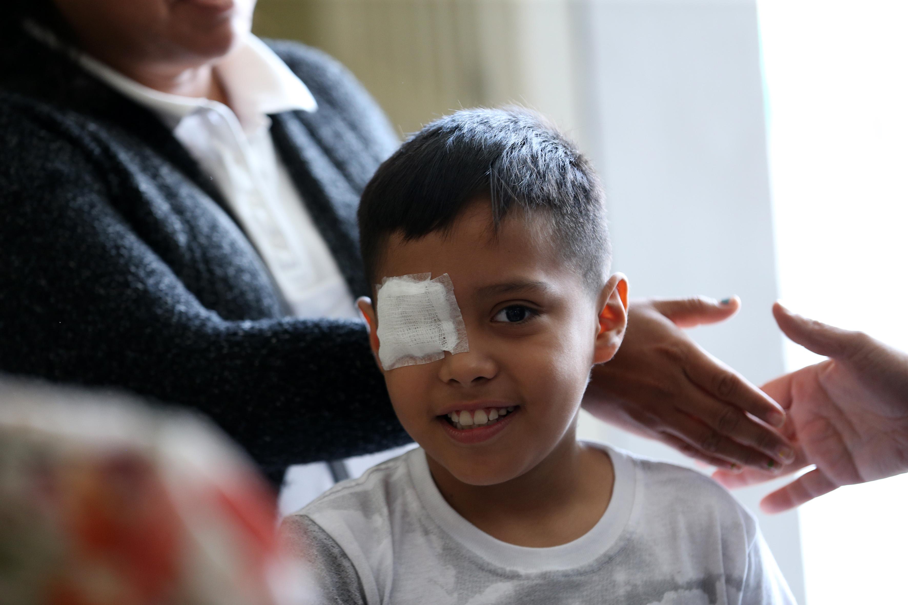 Niño Josepth Gael aún con parche que cubre la falta de su ojo derecho