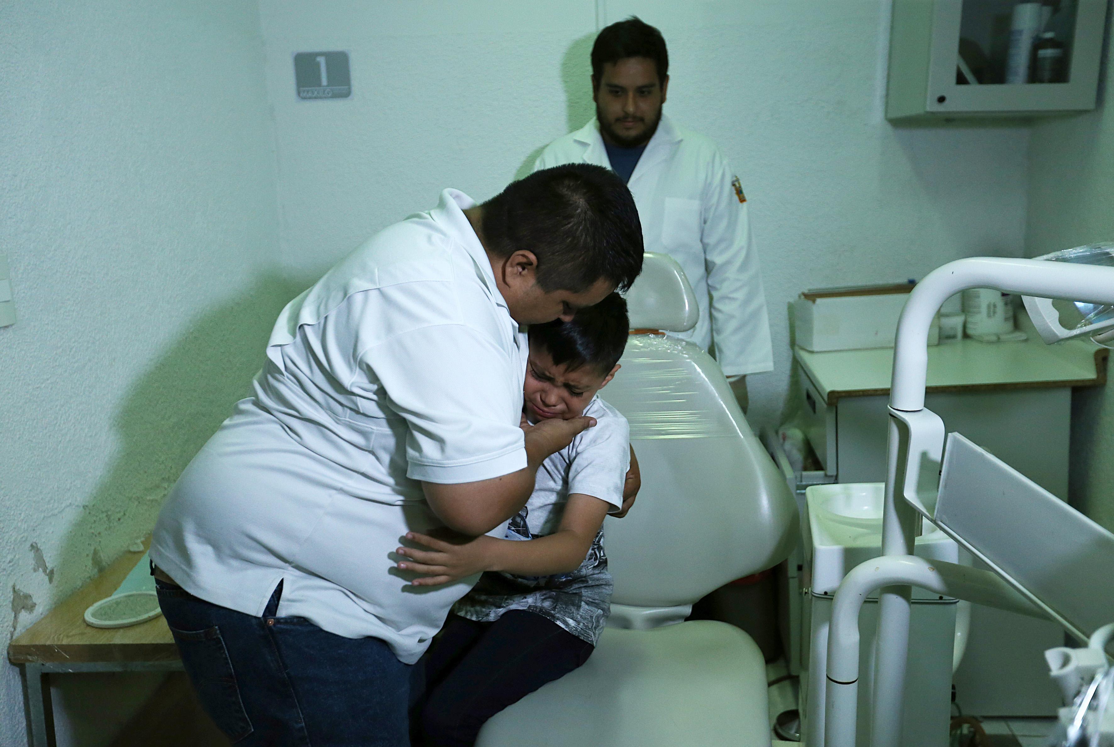 Joseph Gael es abrazado por su papá porque visiblemente emocionado el niño lloró al verse con la prótesis