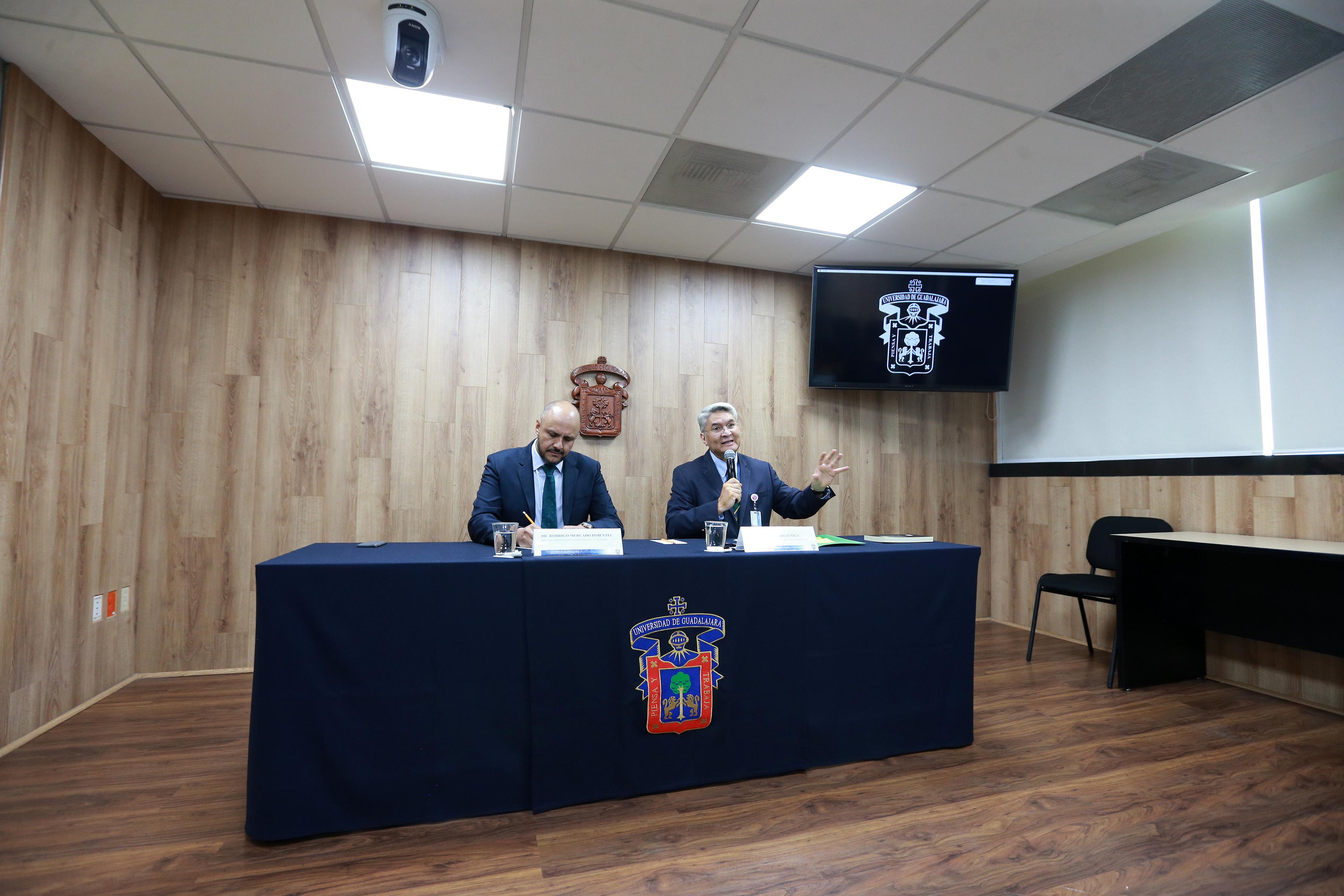 Vista de la mesa del presidíum. El Dr. Rodrigo Zúñiga tomando la palabra
