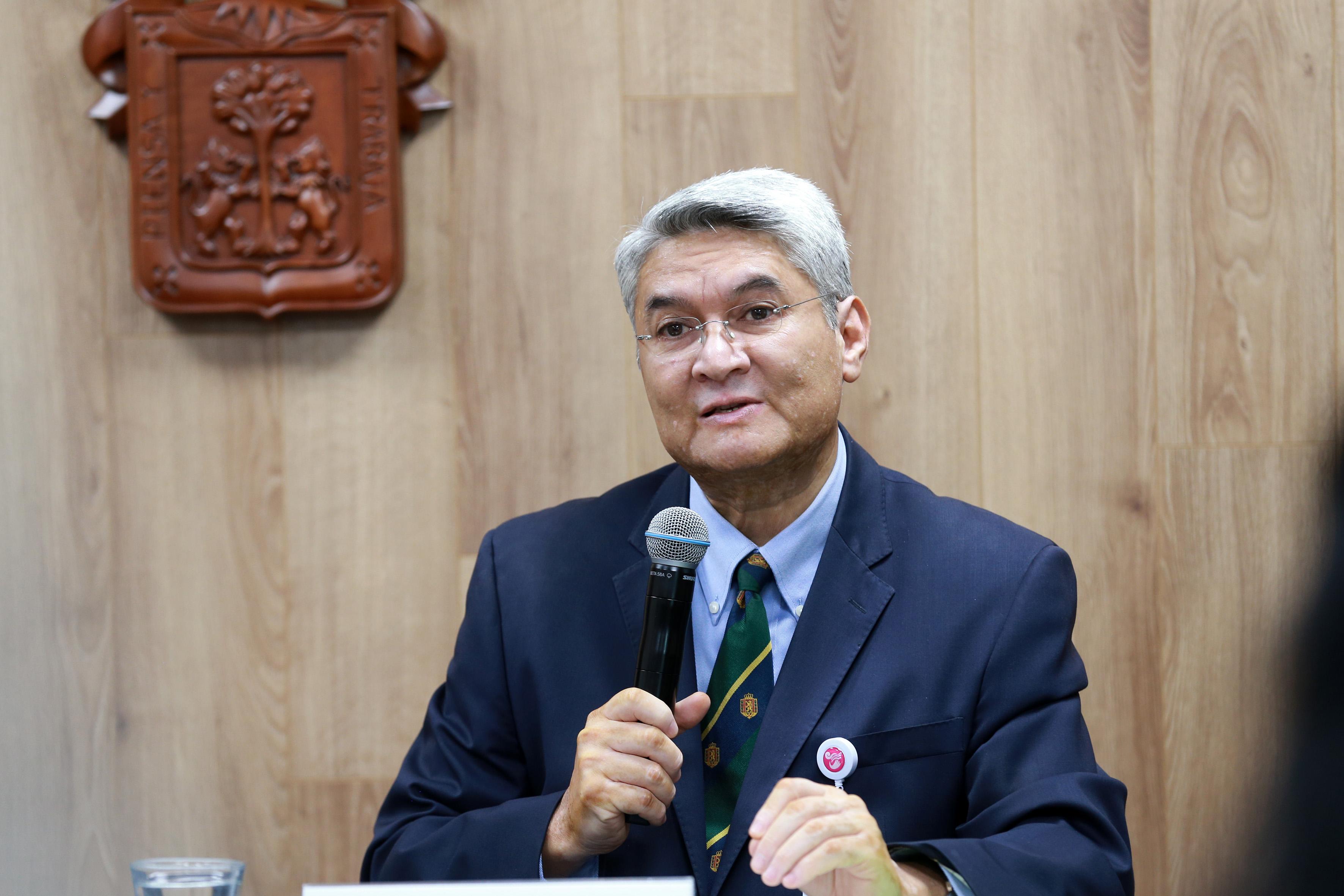 Dr. Rodrigo Ramos Zúñiga exponiendo durante la rueda de prensa, foto individual