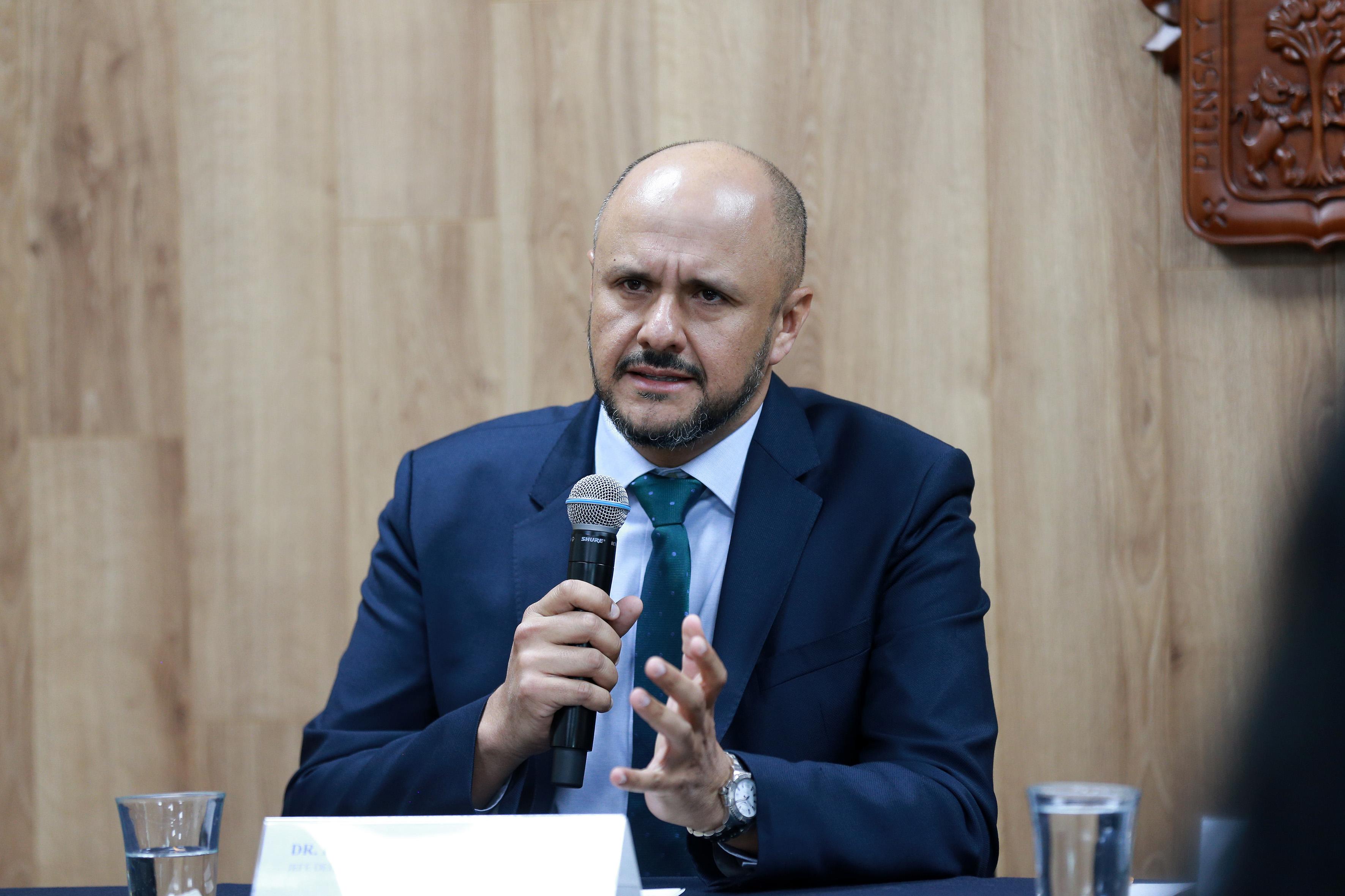 Dr. Rodrigo Mercado Pimentel exponiendo durante la rueda de prensa, foto individual