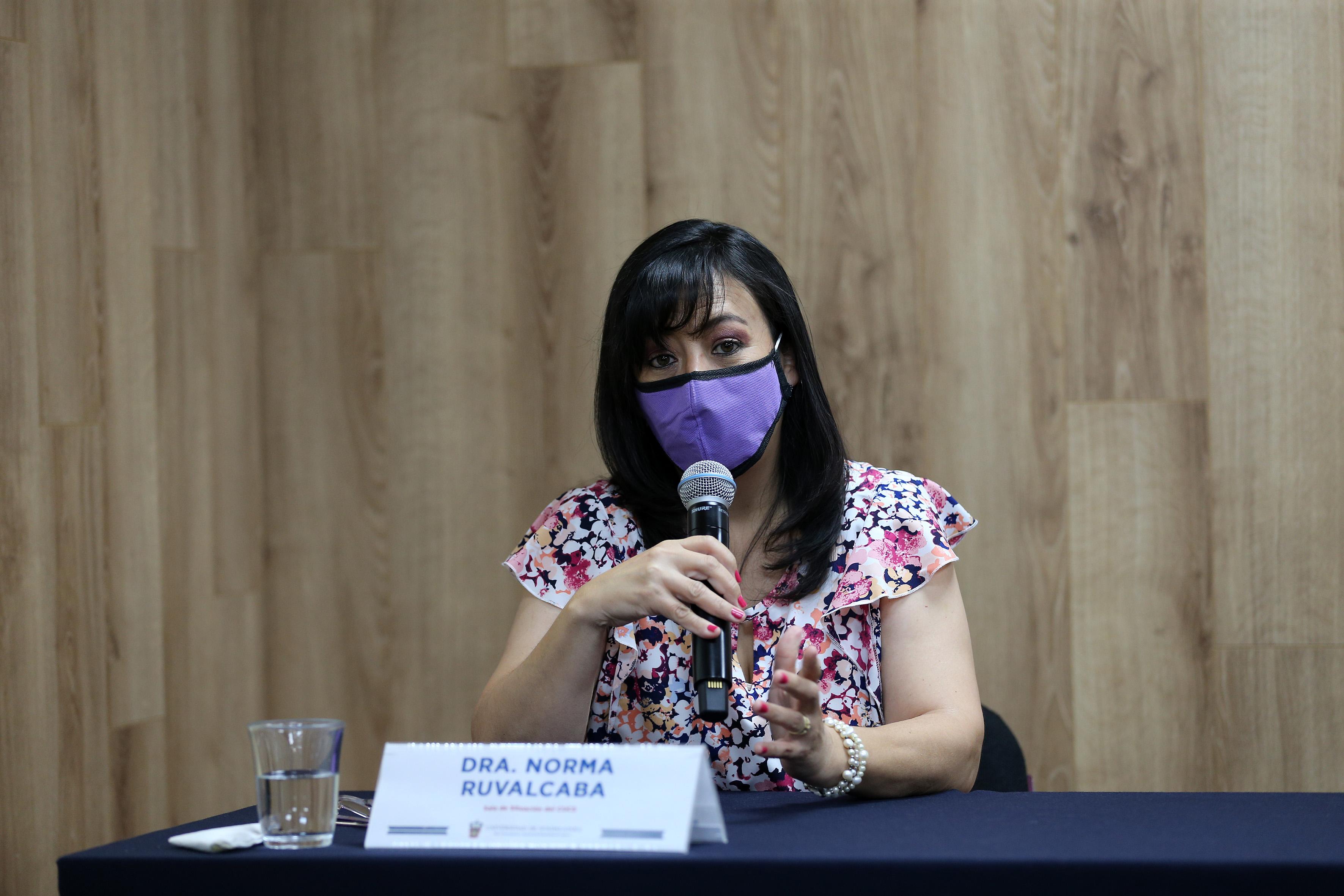 Dra. Norma Ruvalcaba al micrófono