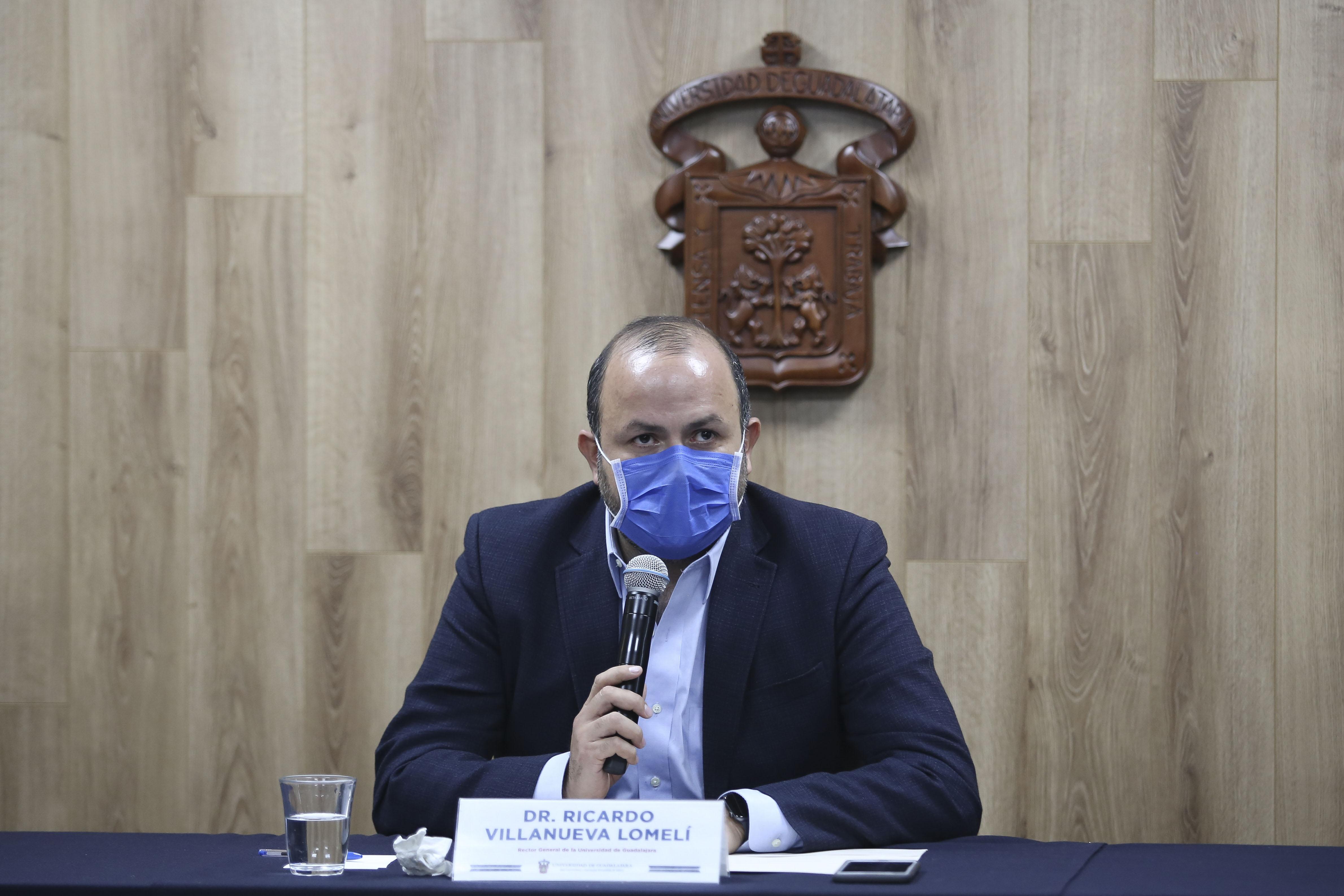 Rector general al micrófono