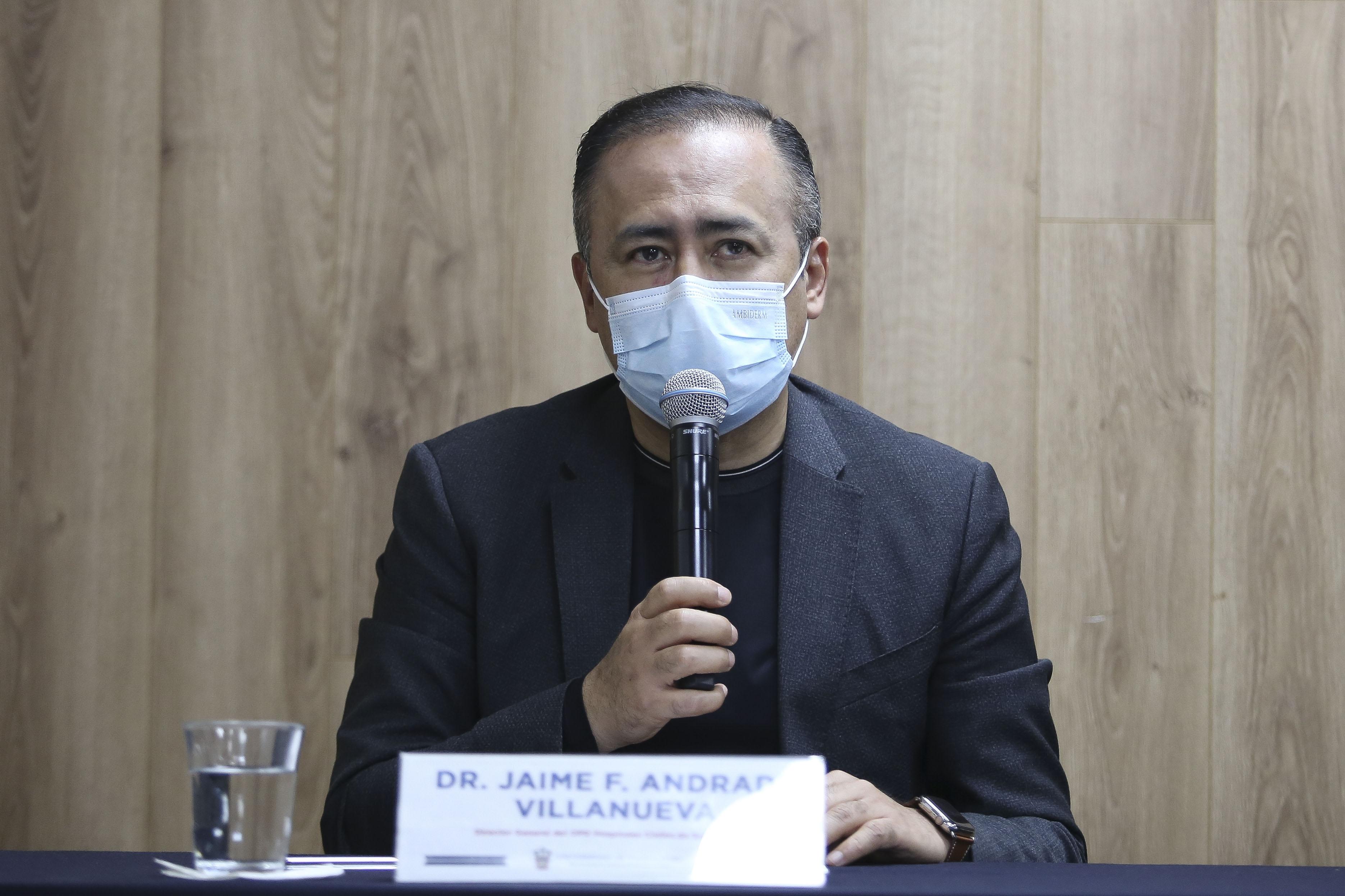 Director Hospitales Civiles al micrófono