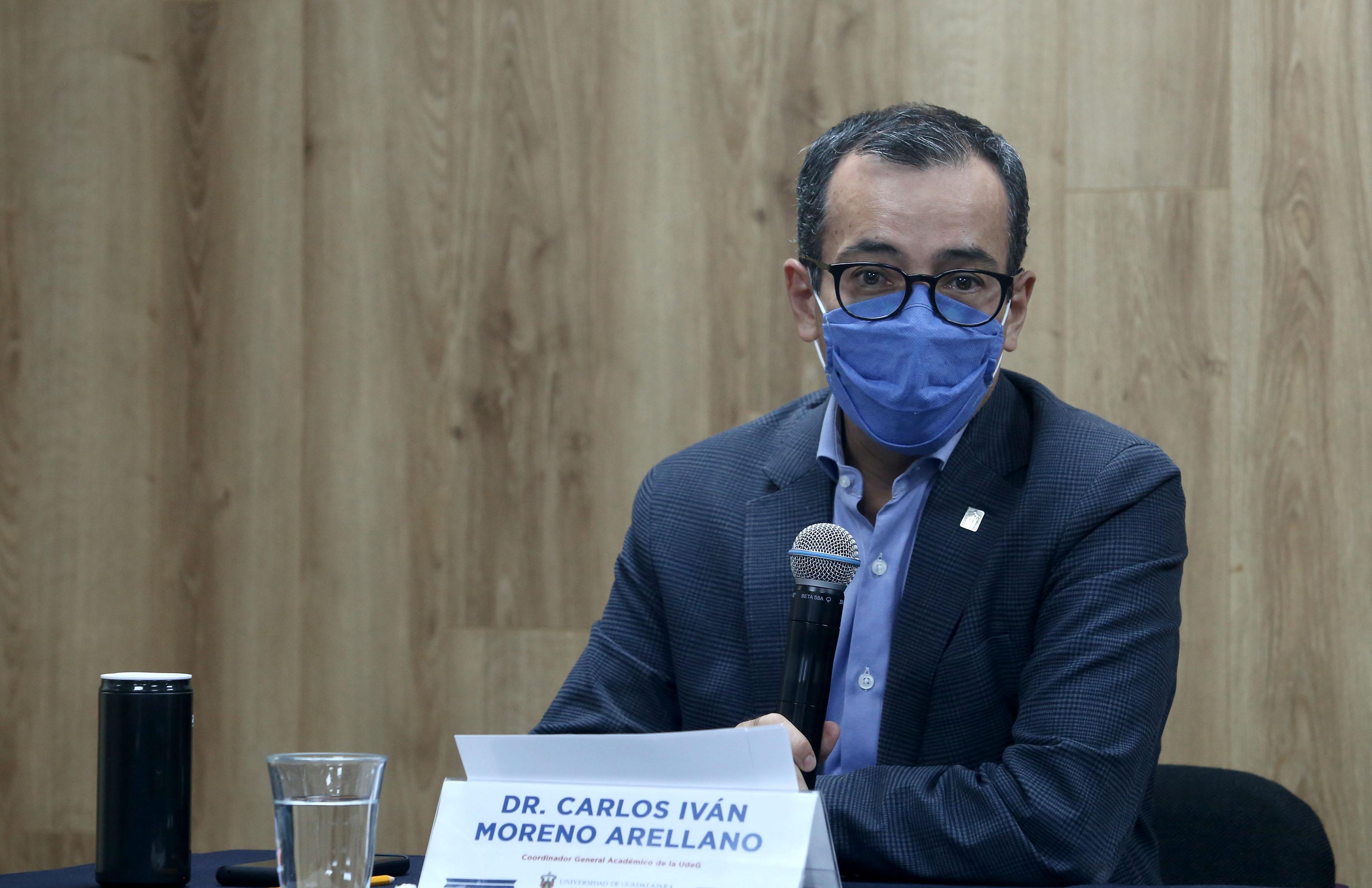 Secretario Académico de la UdeG al micrófono