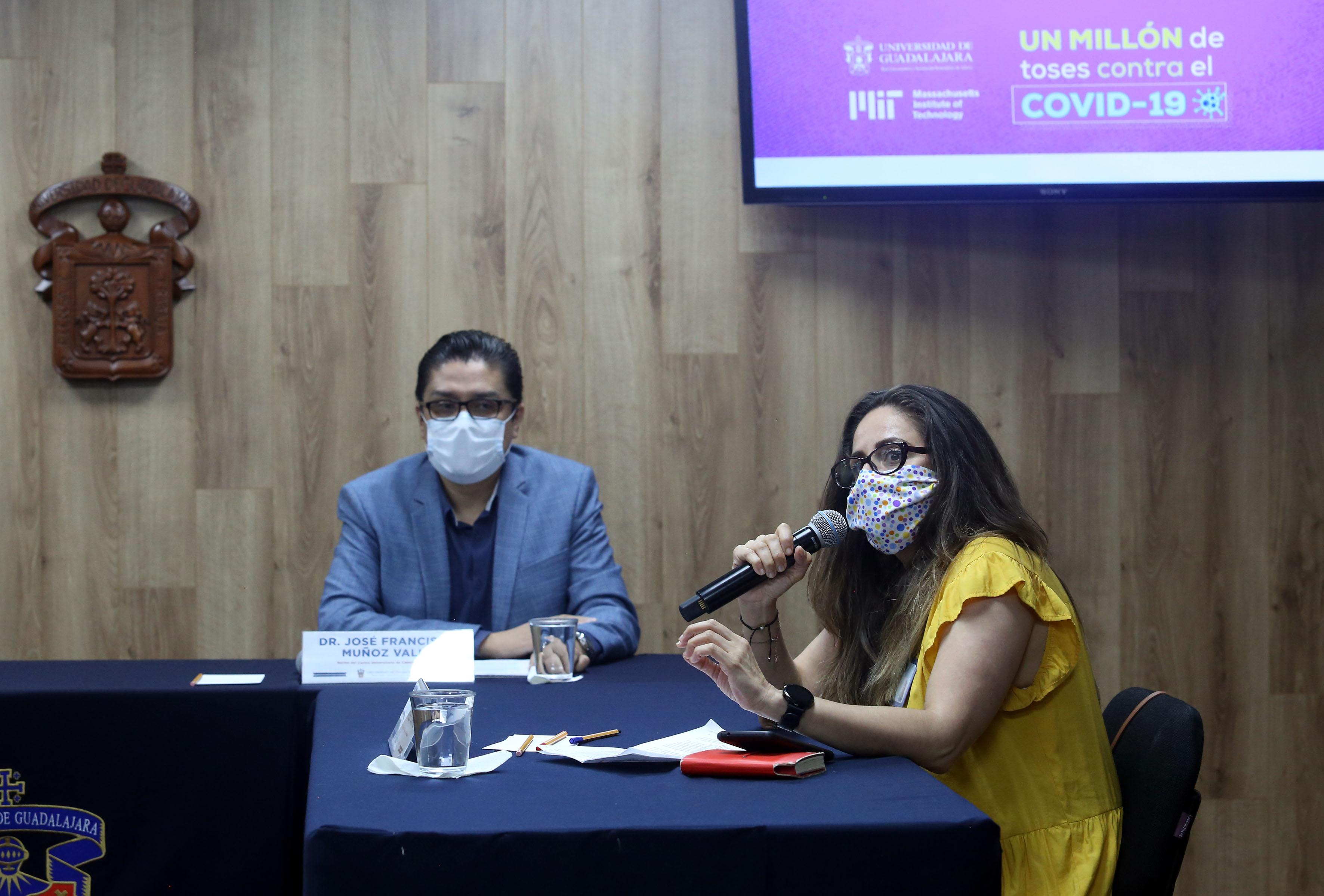 Coordinadora general de Investigación y Posgrado de la UdeG al micrófono
