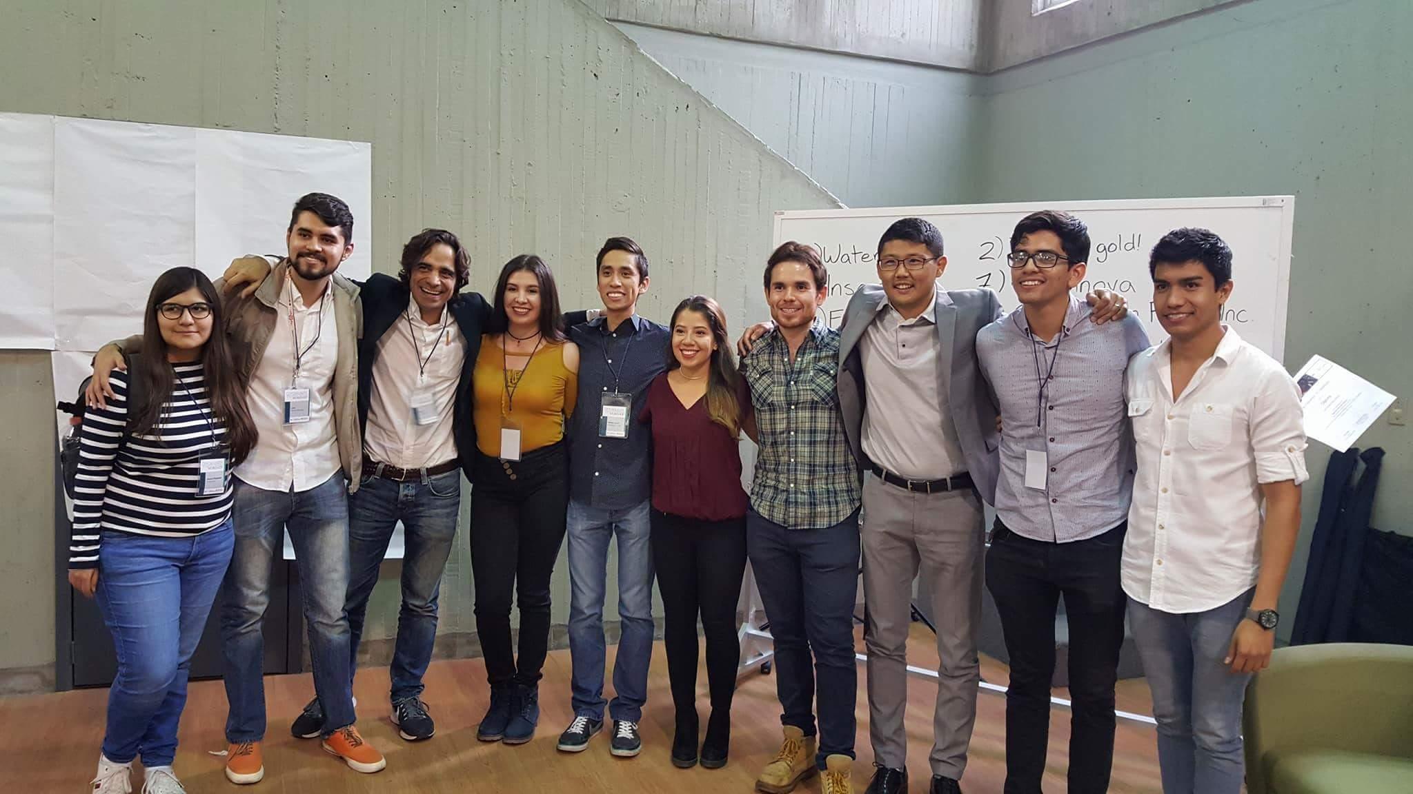 Equipo ganador de estudiantes del CUCS y sus mentores