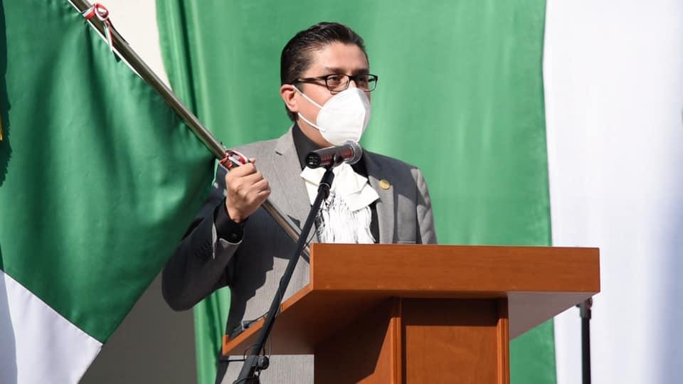 Rector del CUCS hondeando la bandera de México