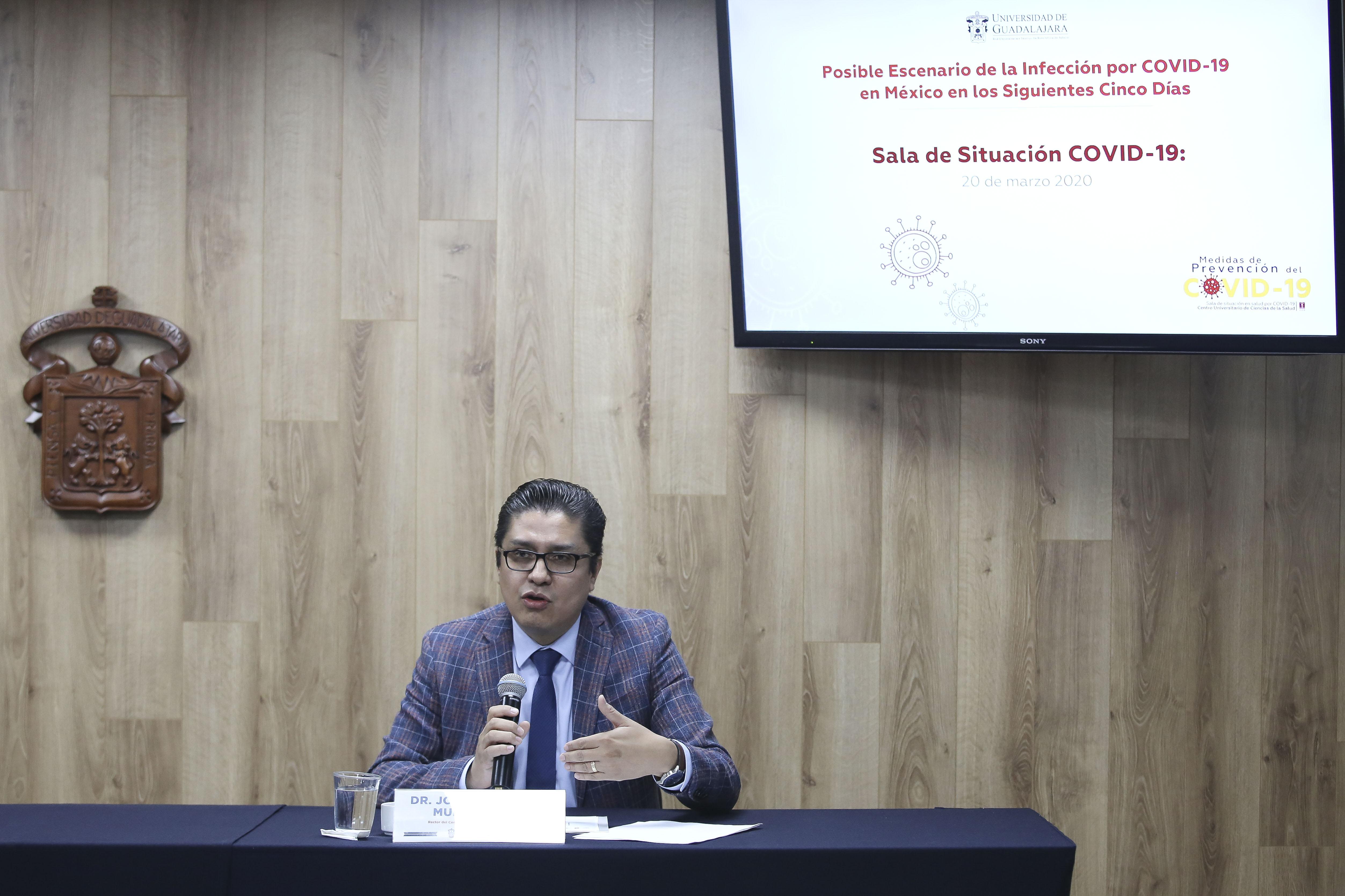 Rector del CUCS al micrófono en la Rueda de Prensa