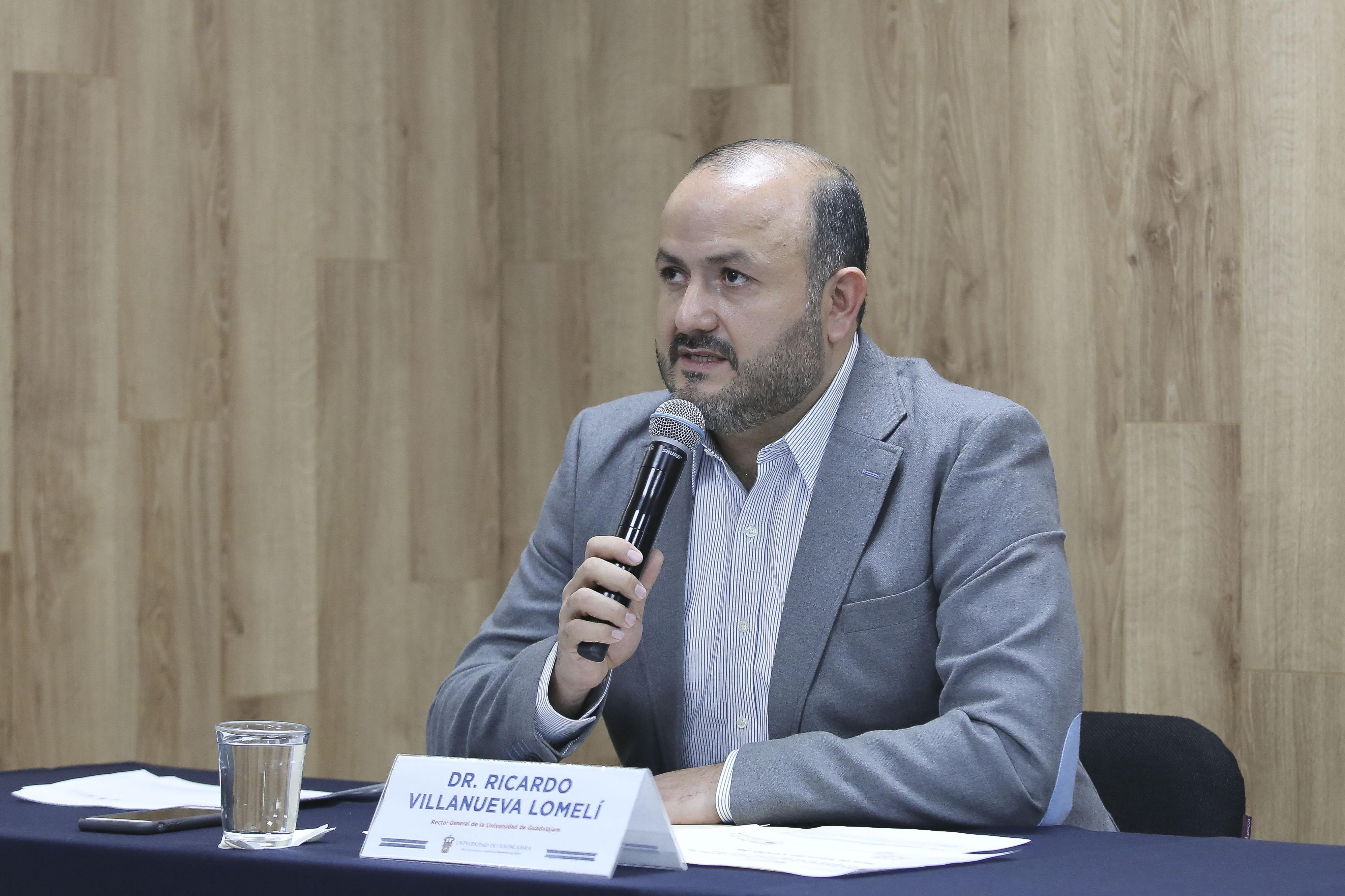 Rector general al micrófono en la Rueda de Prensa