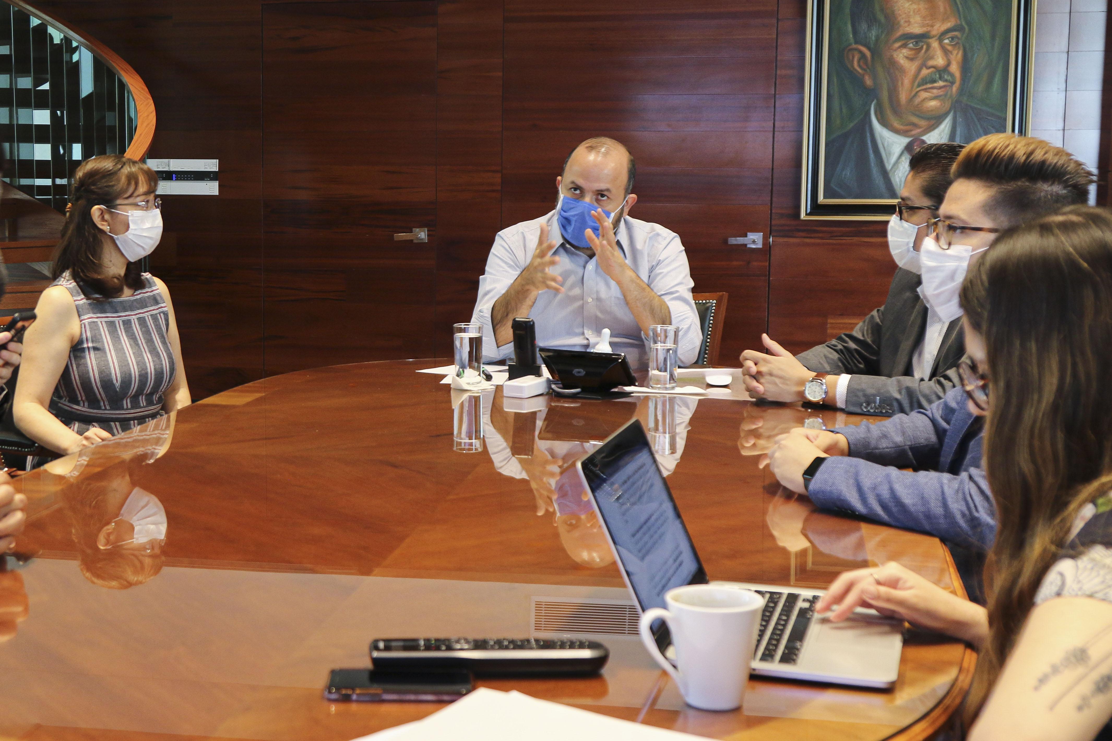 Rector general al micófono en reunión con la Sala Situacional en Salud