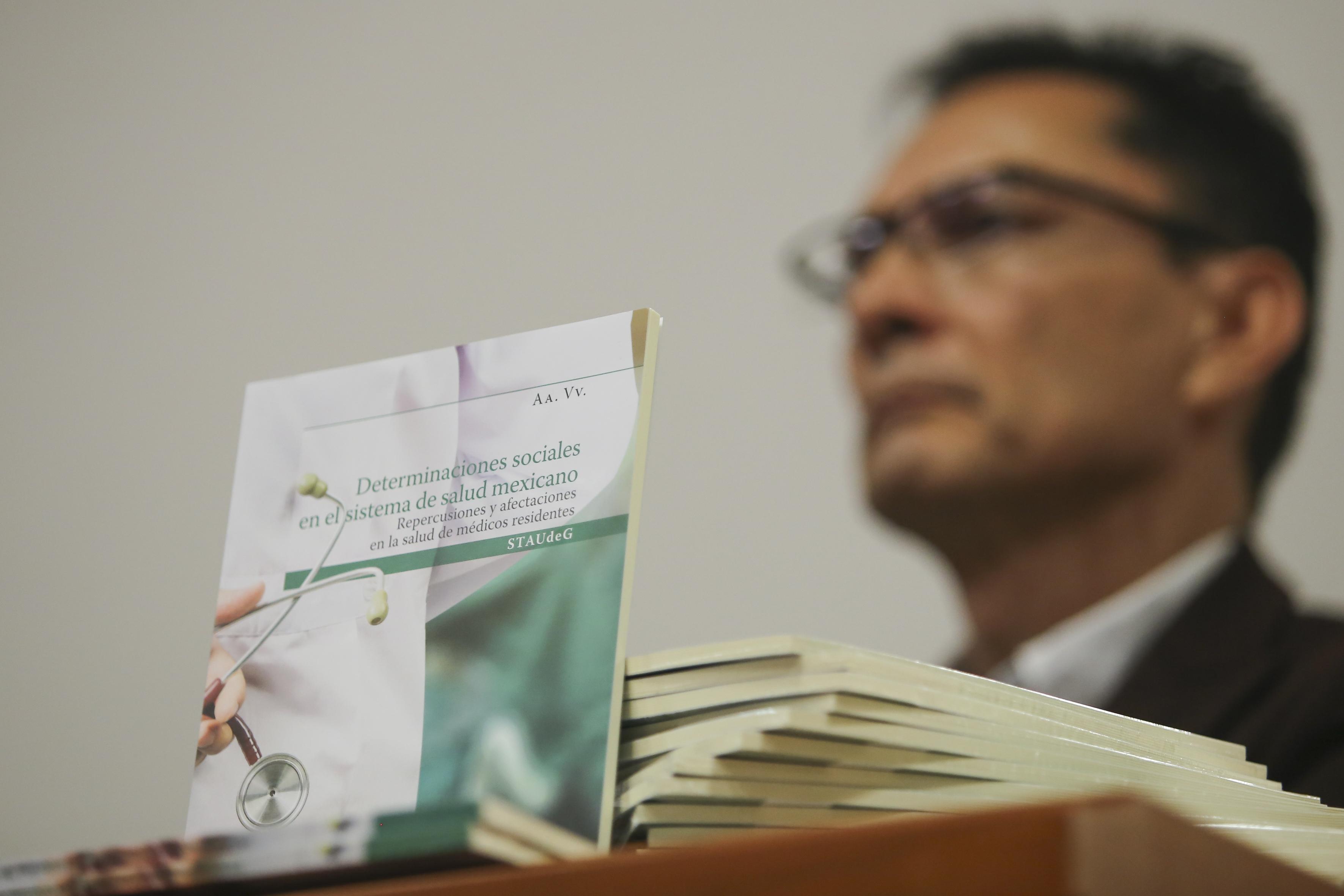 Dr. Martín Acosta tras la portada de su libro